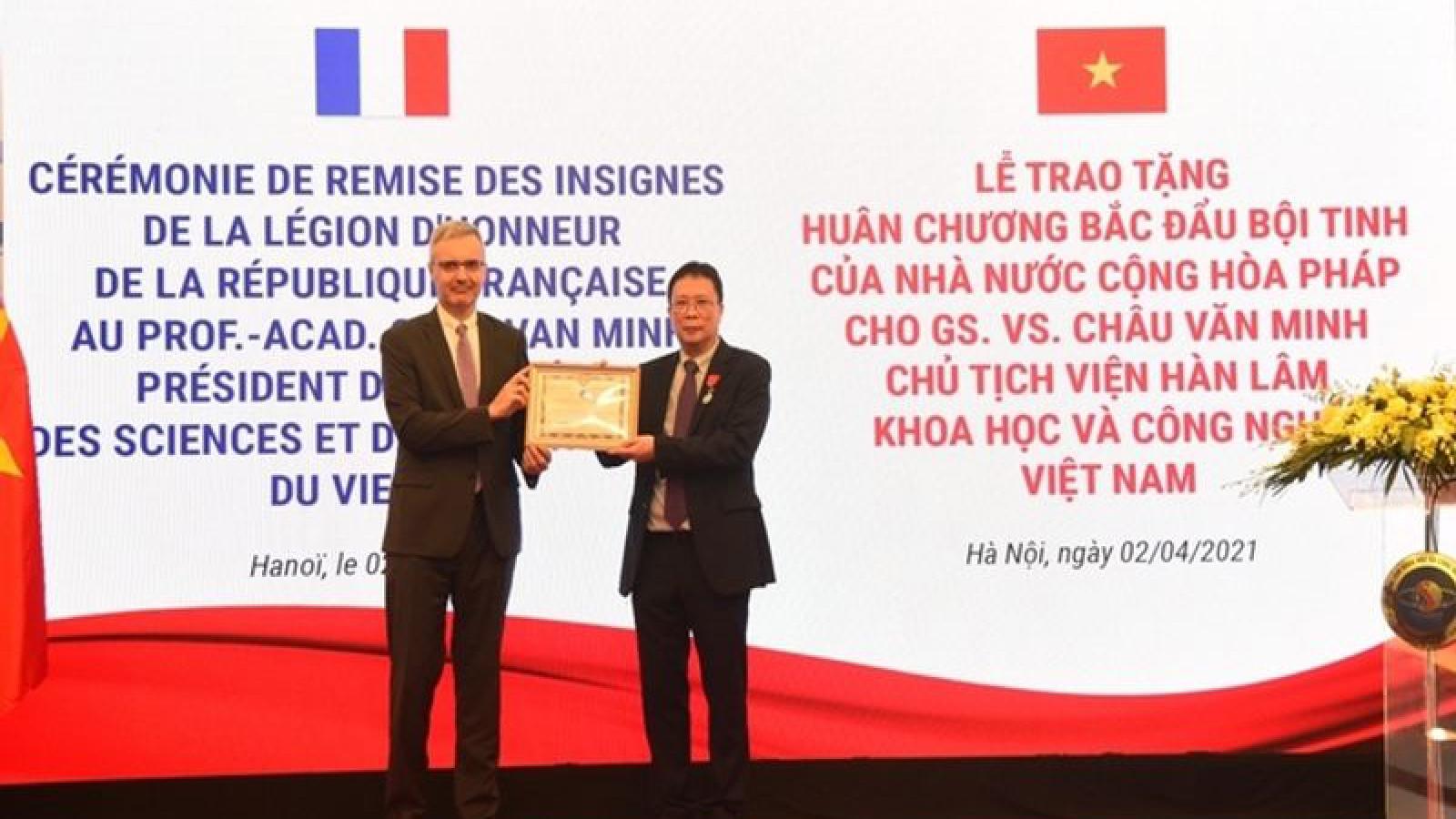Vietnamese professor awarded France's Legion of Honor