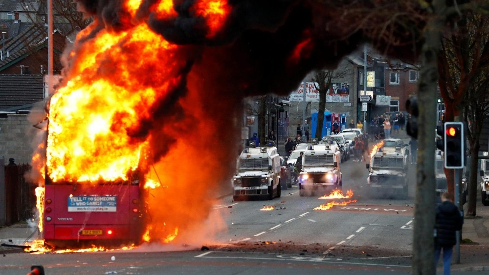 Thủ tướng Anh kêu gọi kiềm chế khi bạo loạn bùng phát tại Belfast