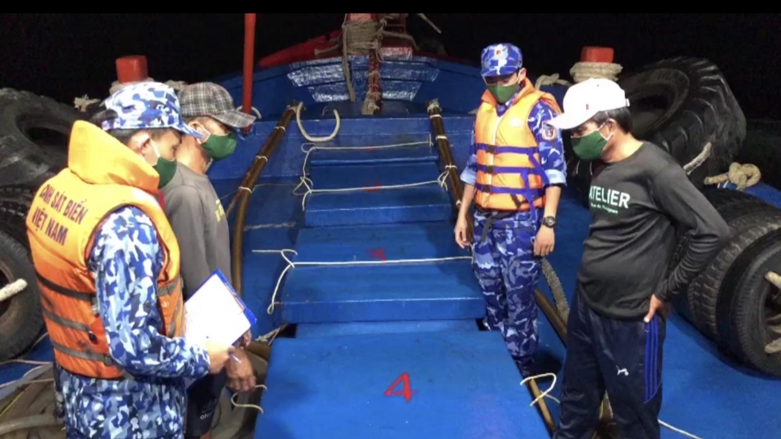 Bắt tàu chở 60.000 lít dầu lậu trong đêm tối