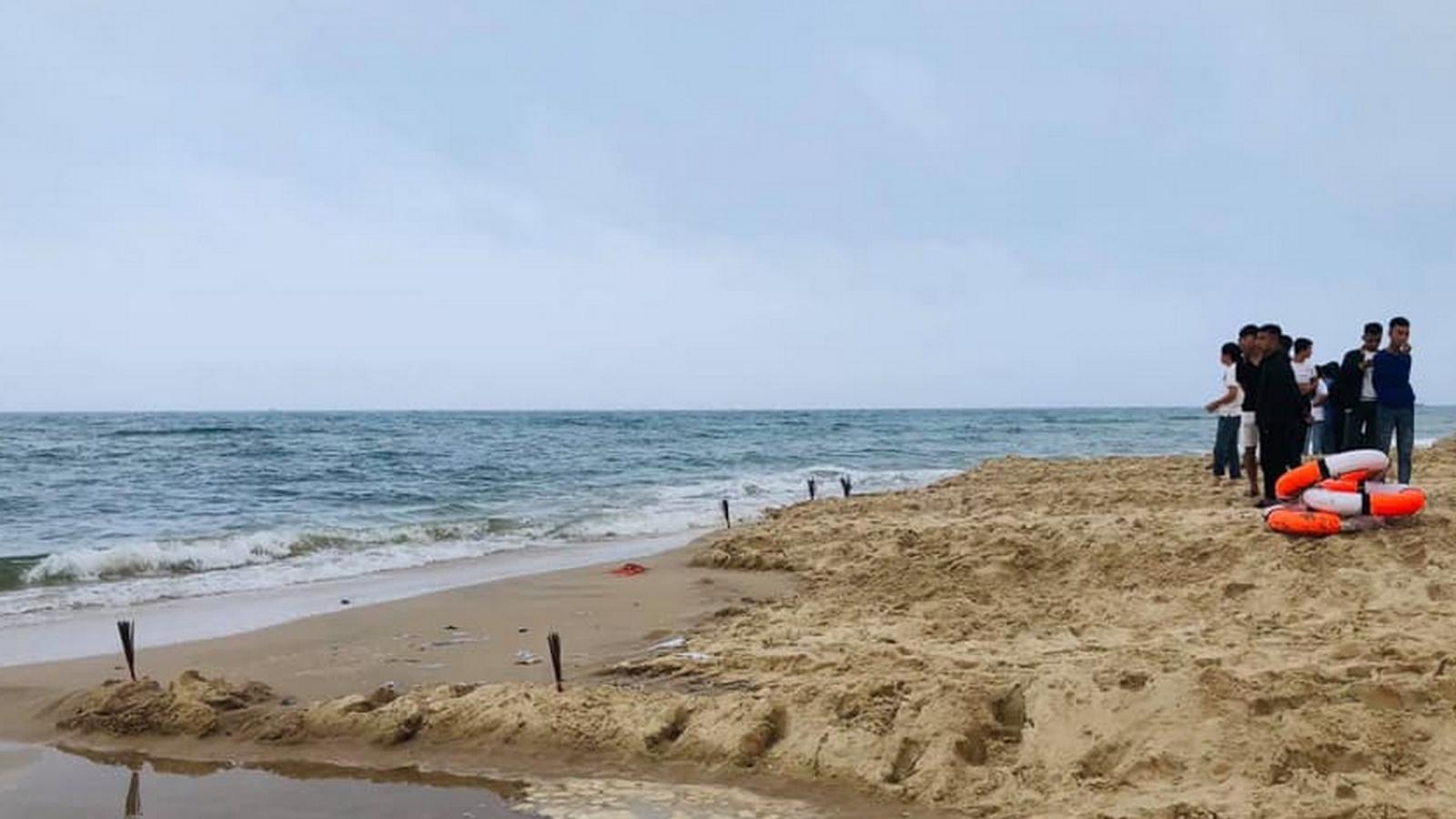 Khen thưởng 3 học sinh dũng cảm lao ra biển cứu bạn đuối nước