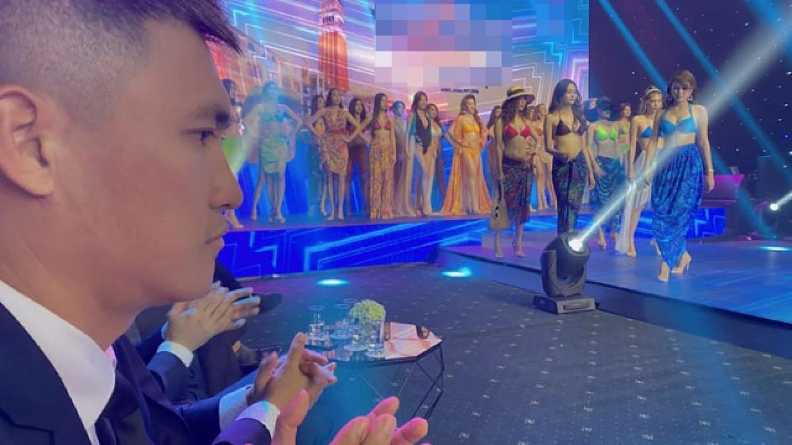 """Biểu cảm """"khó đỡ"""" của Công Vinh khi cùng Thủy Tiên xem trình diễn bikini"""