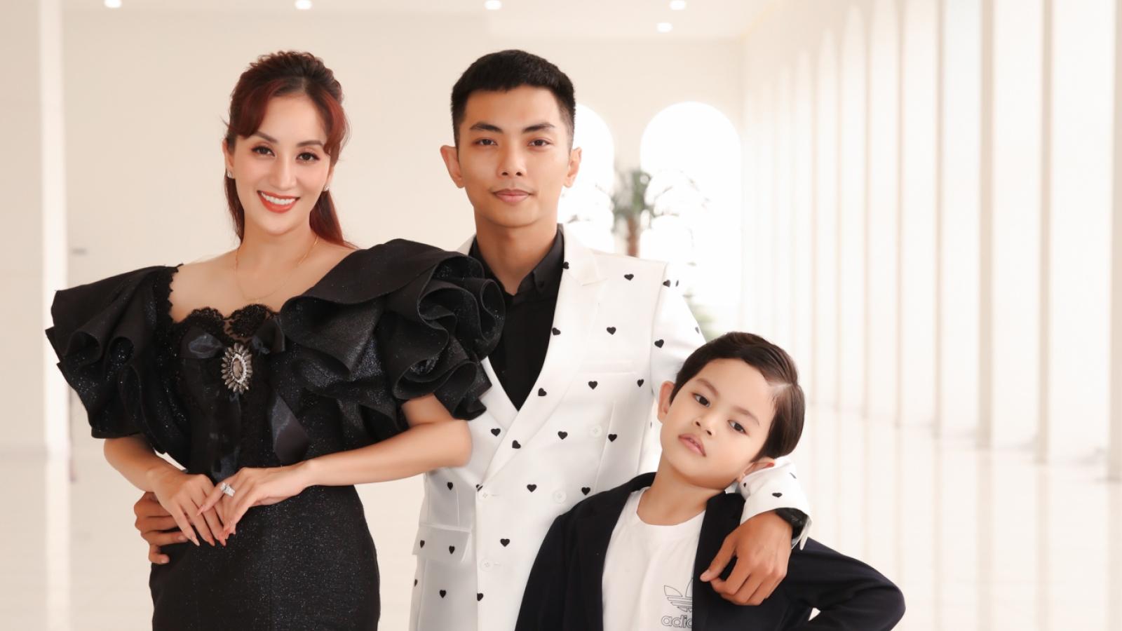 Khánh Thi - Phan Hiển mặc đồ đôi, dẫn con trai đi sự kiện