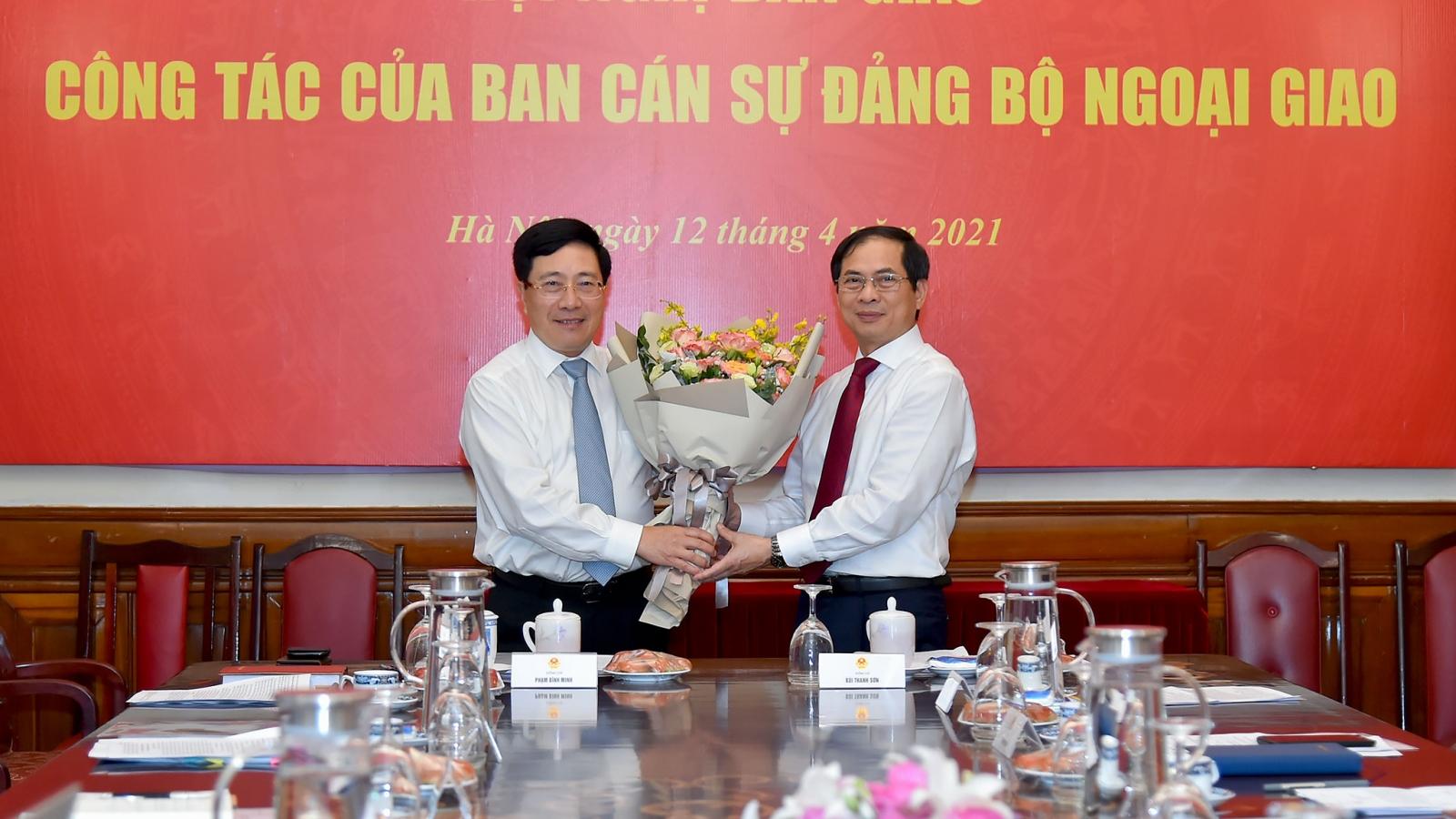Ông Phạm Bình Minh bàn giao nhiệm vụ cho tân Bộ trưởng Ngoại giao Bùi Thanh Sơn
