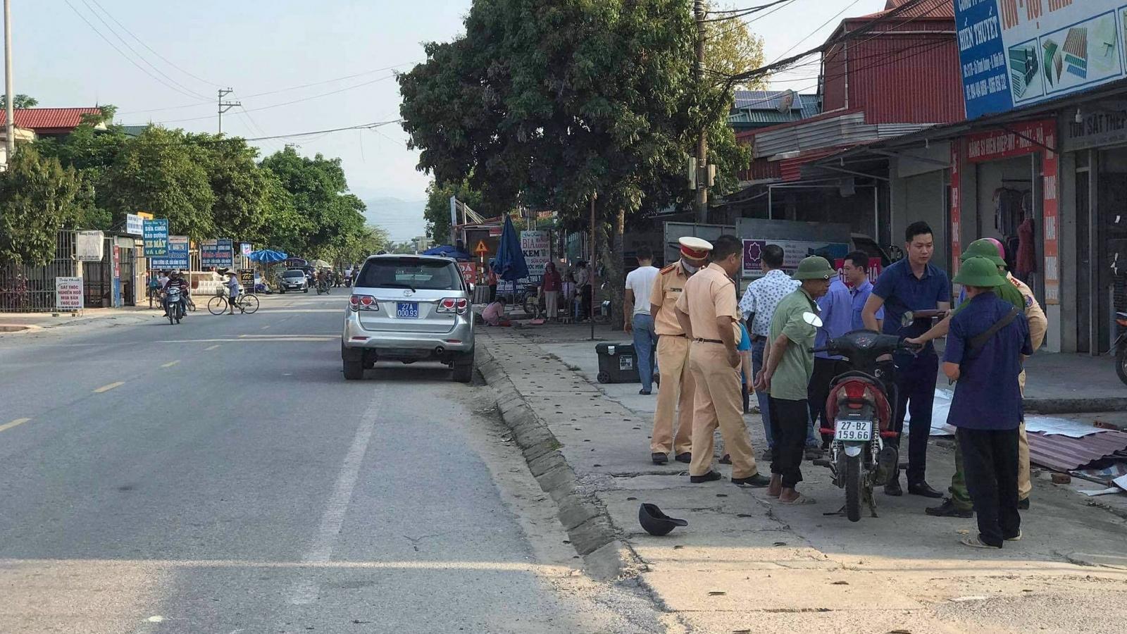 Đi bộ qua đường, một phụ nữ bị xe máy đâm tử vong