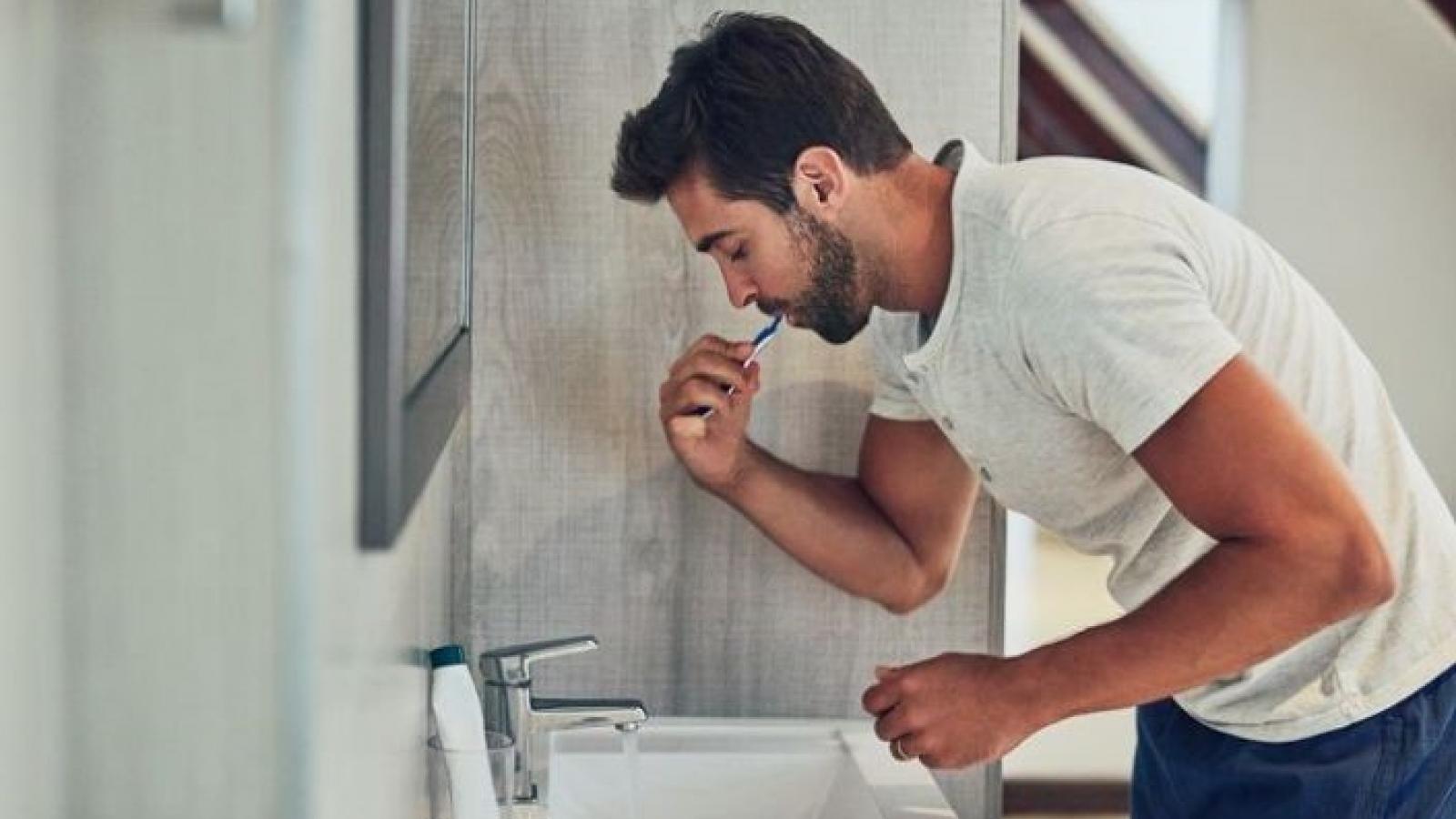Tại sao nên đánh răng trước khi uống cà phê buổi sáng?