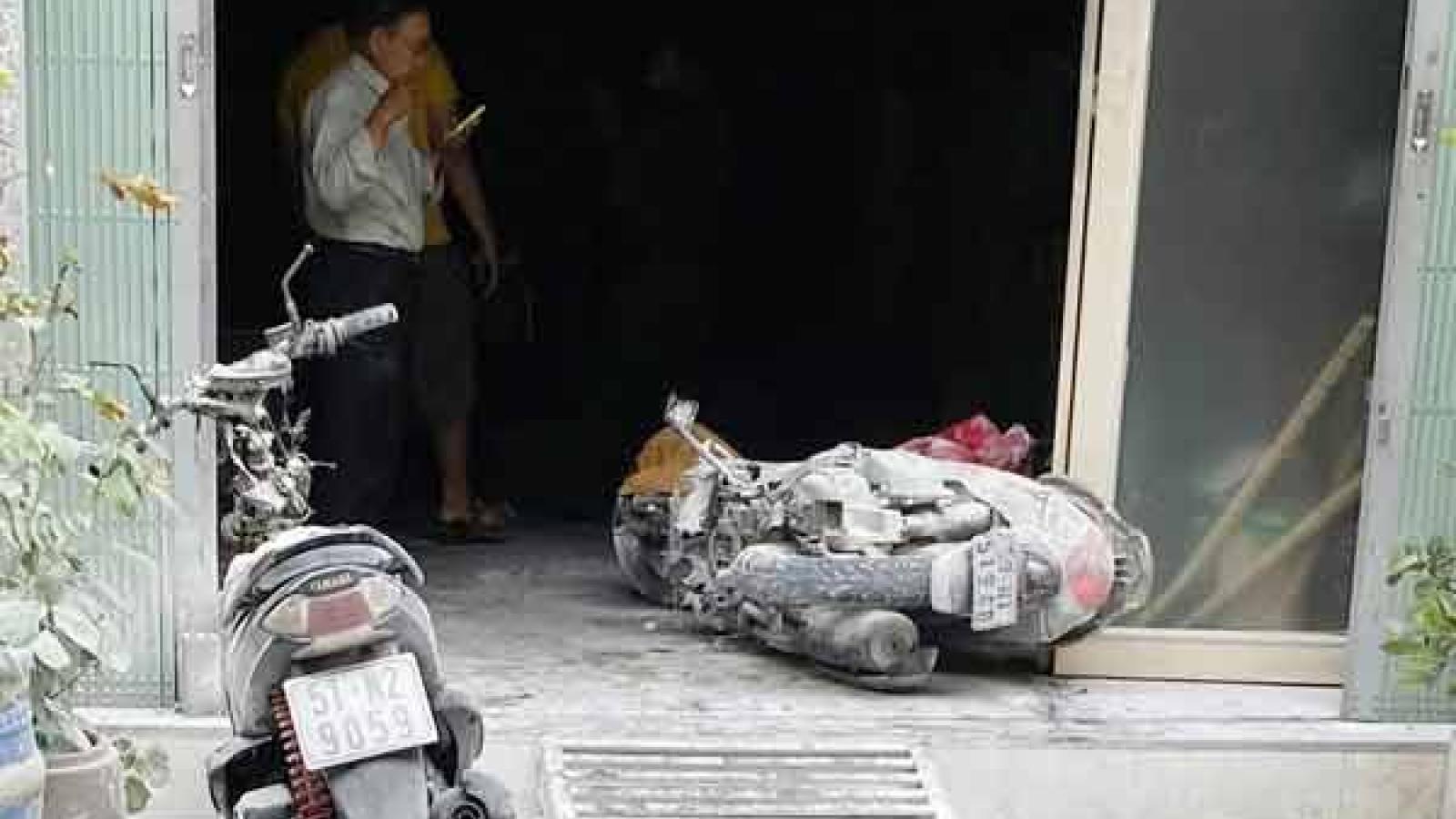 Dân phá cửa chữa cháy nhà 3 tầng ở TP HCM