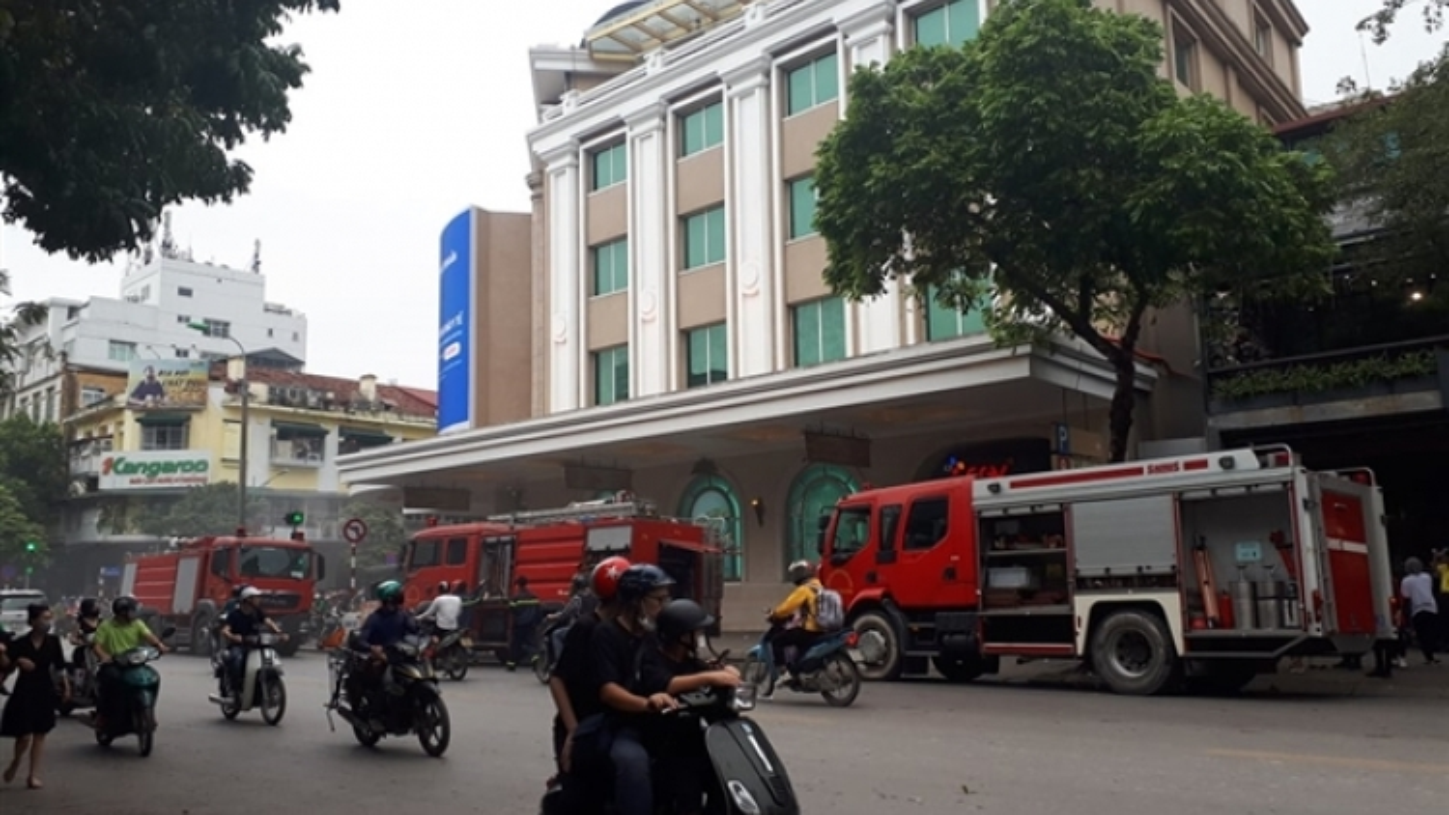 Ô tô bốc cháy dưới tầng hầm Trung tâm thương mại Tràng Tiền Plaza
