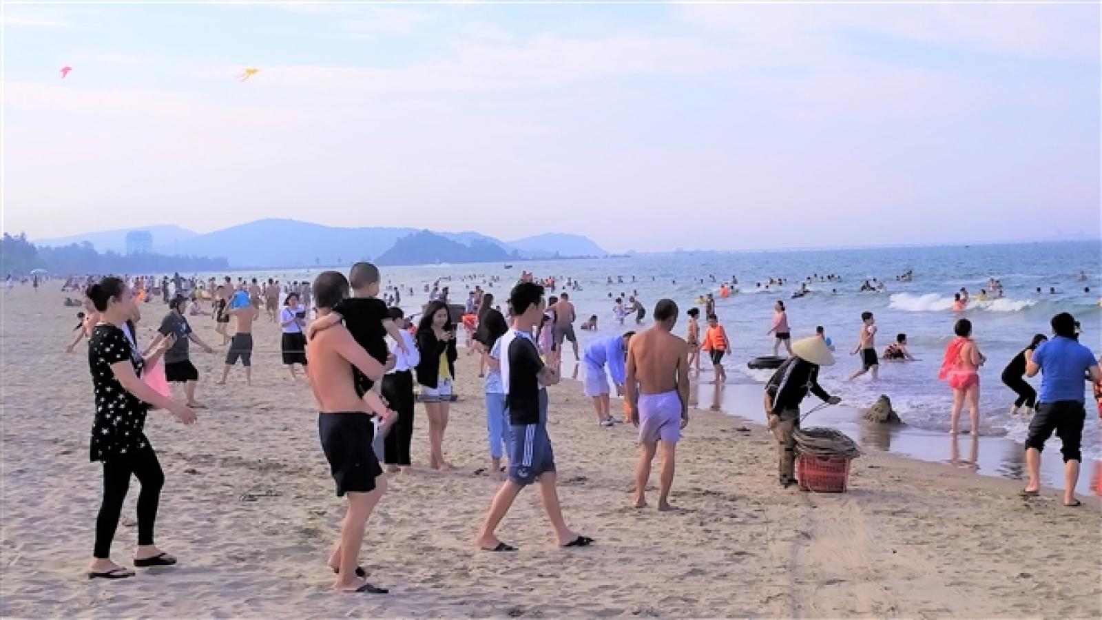Nghệ An, Hà Tĩnh tạm dừng tổ chức lễ hội du lịch biển dịp nghỉ lễ 30/4
