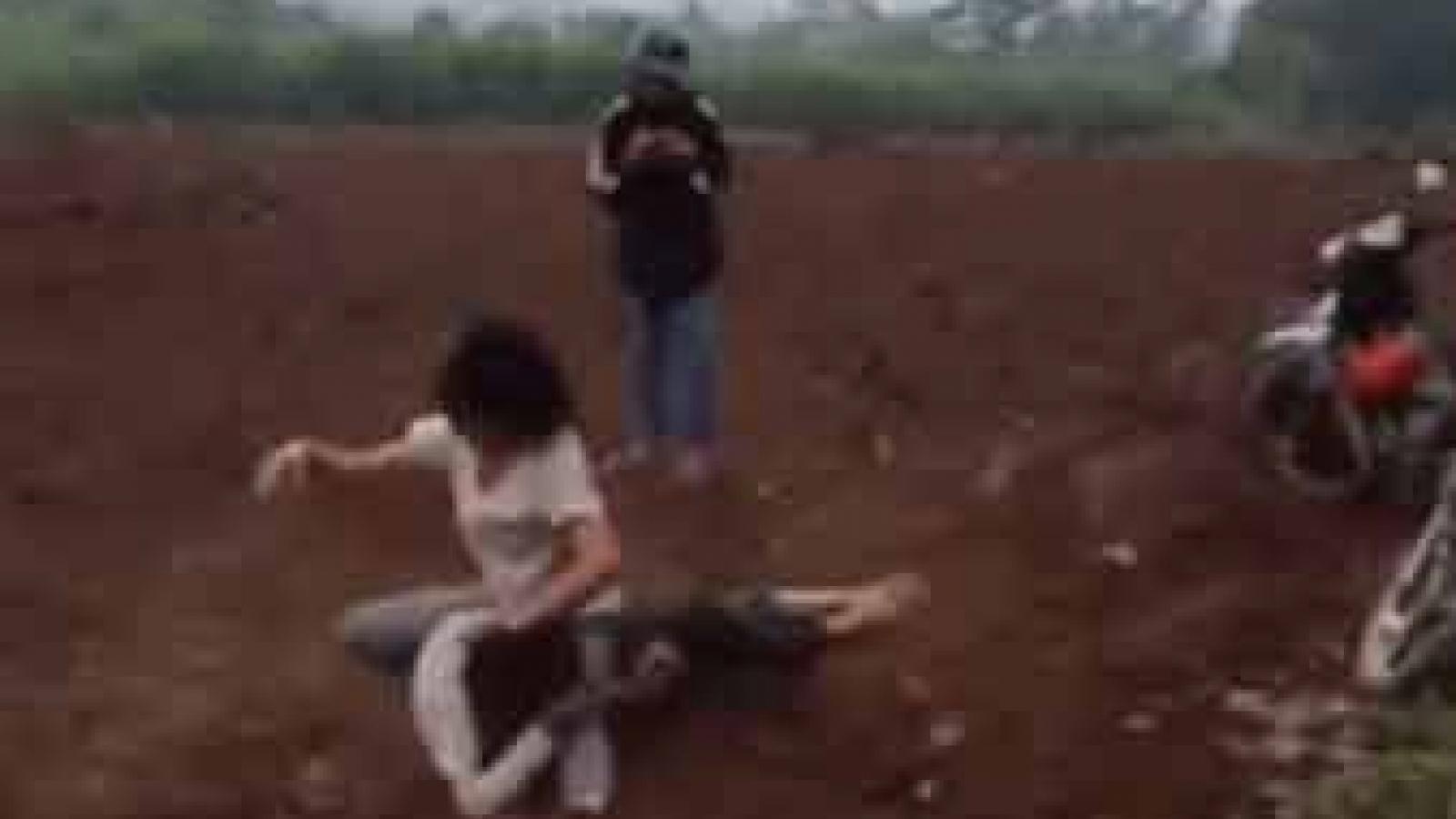Làm rõ clip ghi lại cảnh hai nữ sinh lao vào đánh nhau quyết liệt