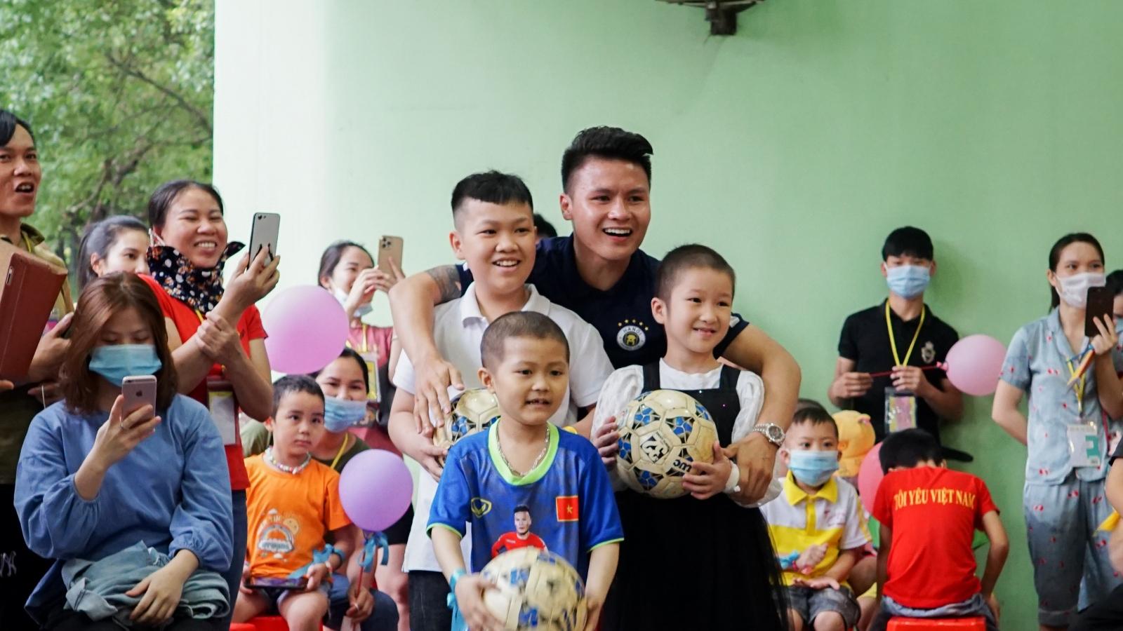Quang Hải, Văn Quyết giao lưu, động viên các em nhỏ mắc bệnh ung thư