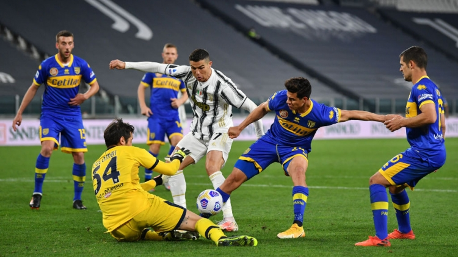 """Ronaldo """"vô duyên"""", Juventus vẫn thắng đậm để nuôi mộng vô địch Serie A"""