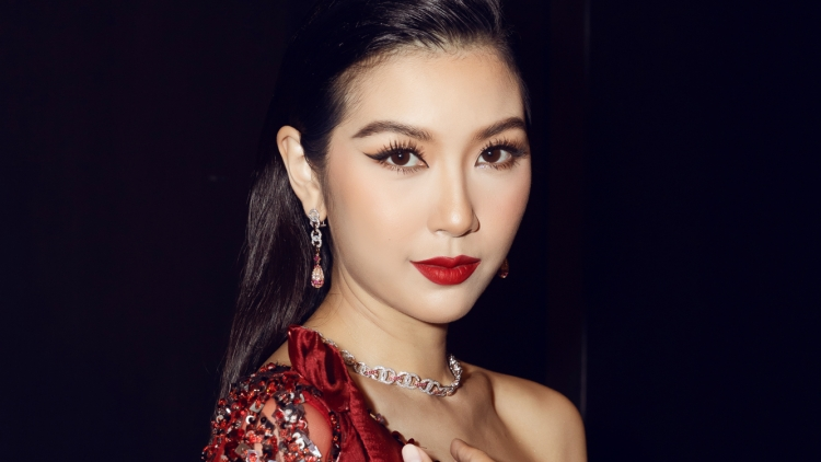 Á hậu Thuý Vân diện trang sức 700 triệu đồng, làm giám khảo cuộc thi sắc đẹp