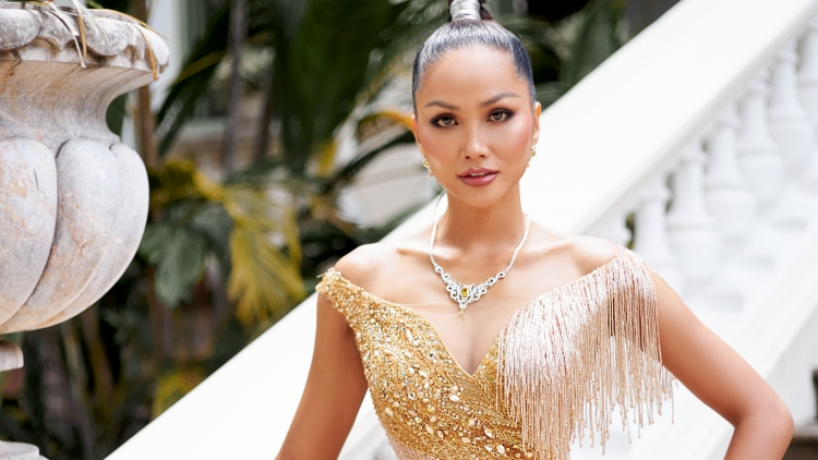 """Hoa hậu H'Hen Niê khoe dáng """"đồng hồ cát"""" trong thiết kế đầm lấp lánh"""