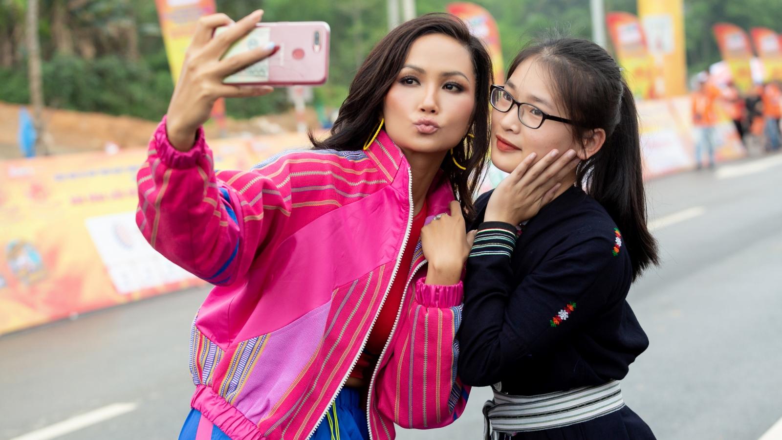 Hoa hậu H'Hen Niê diện crop top khéo khoe vòng eo 59
