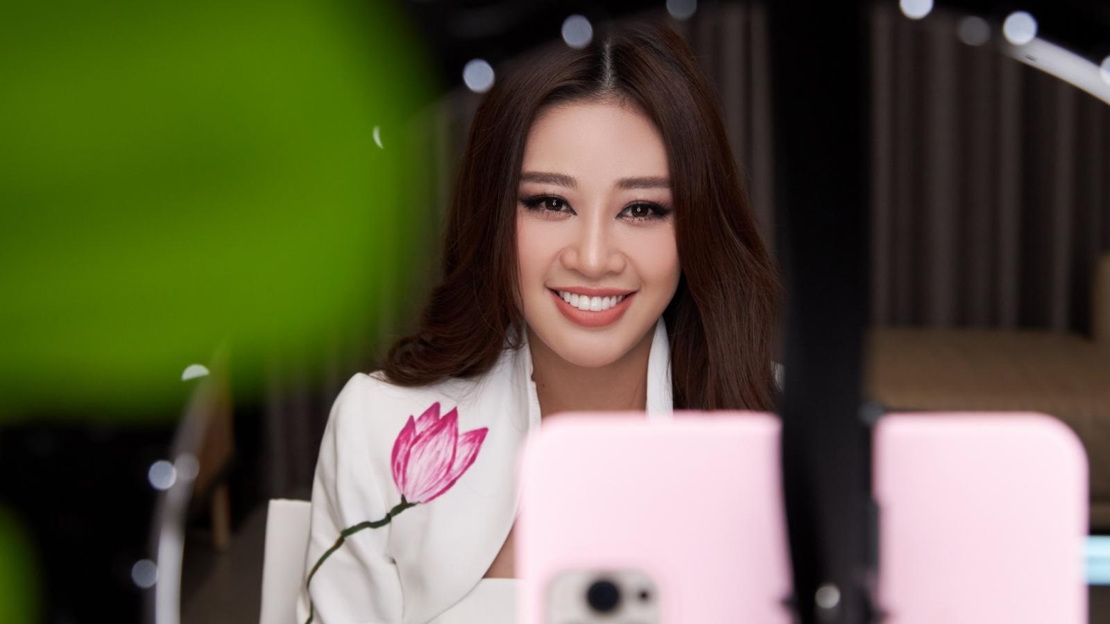 Hoa hậu Khánh Vân diện vest do chính tay các em ngôi nhà OBV vẽ tặng