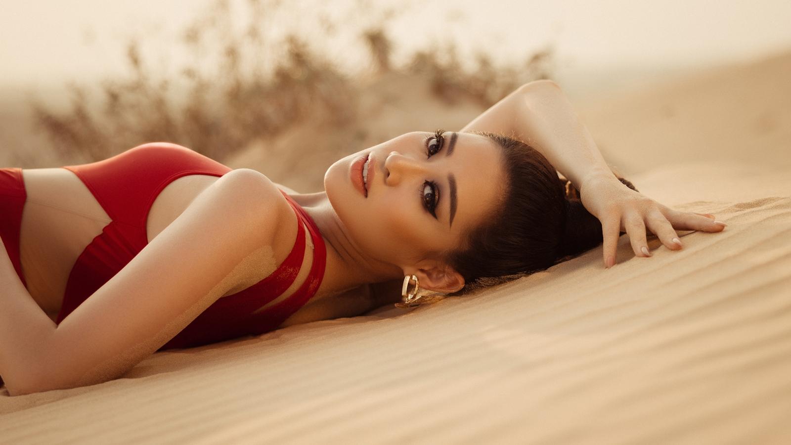 Hoa hậu Khánh Vân khoe vóc dáng nóng bỏng trong bộ ảnh bikini mới