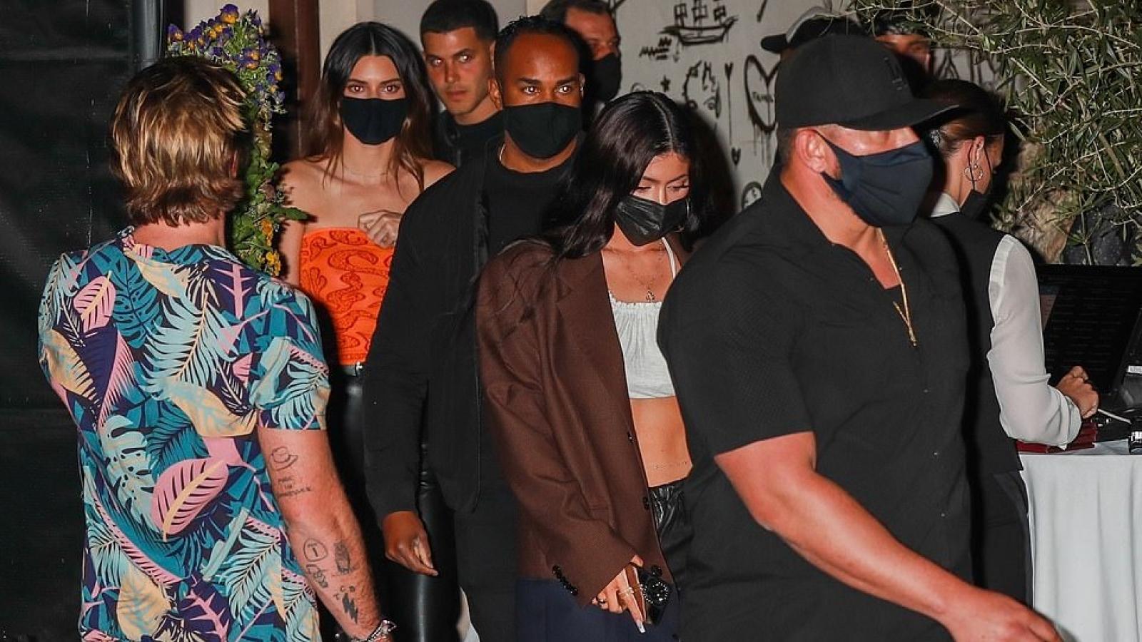Chị em Kylie Jenner - Kendall Jenner sành điệu dự tiệc đêm ở Los Angeles