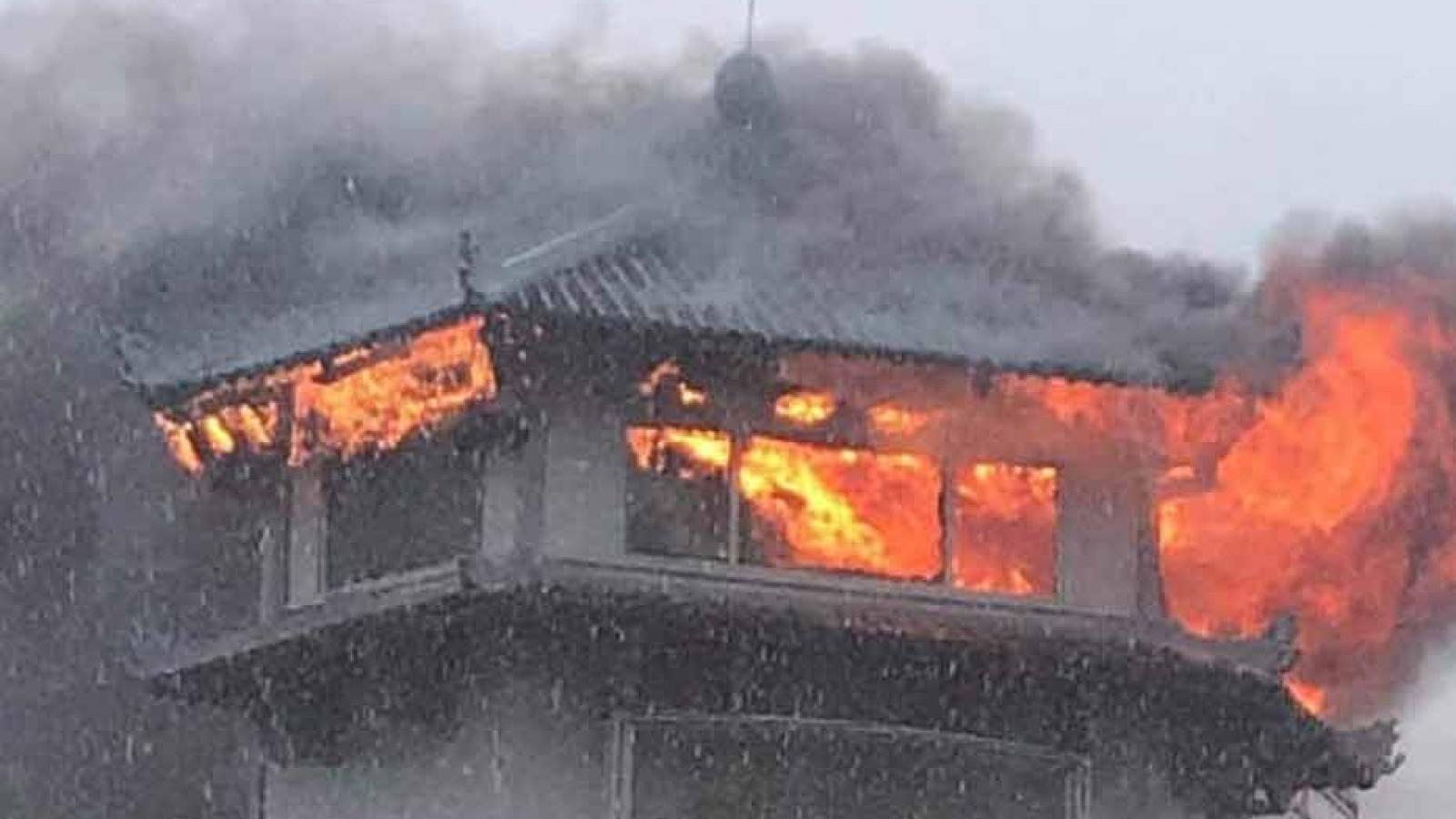 Khách sạnĐồng Khánhbốc cháy trong mưa