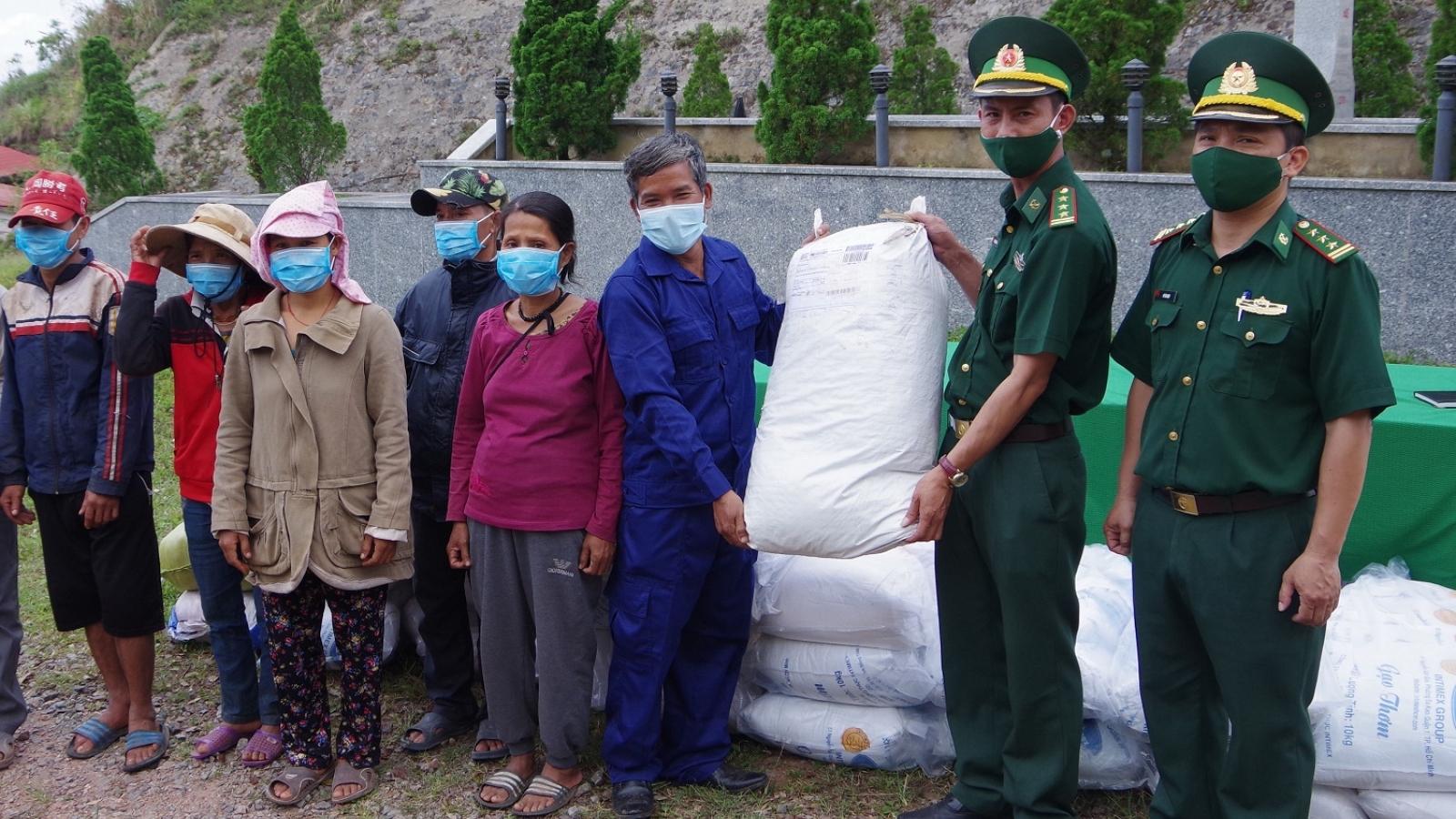 Thừa Thiên Huế: Tặng quà người dân, lực lượng vũ trang Lào nhân dịp Tết Bunpimay