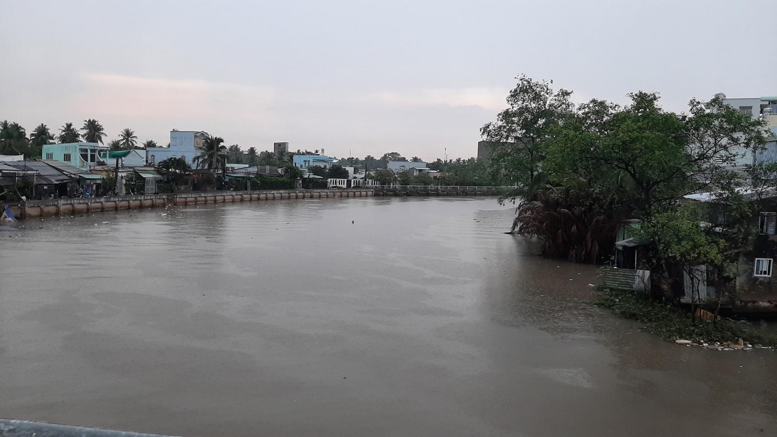 Mưa to chuyển mùa ở Tiền Giang, tháo dỡ các công trình ngăn mặn