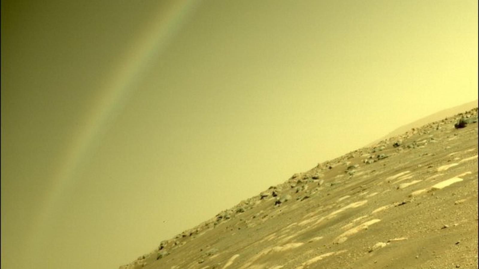 """NASA lý giải hiện tượng cực hiếm """"cầu vồng"""" xuất hiện trên sao Hỏa"""
