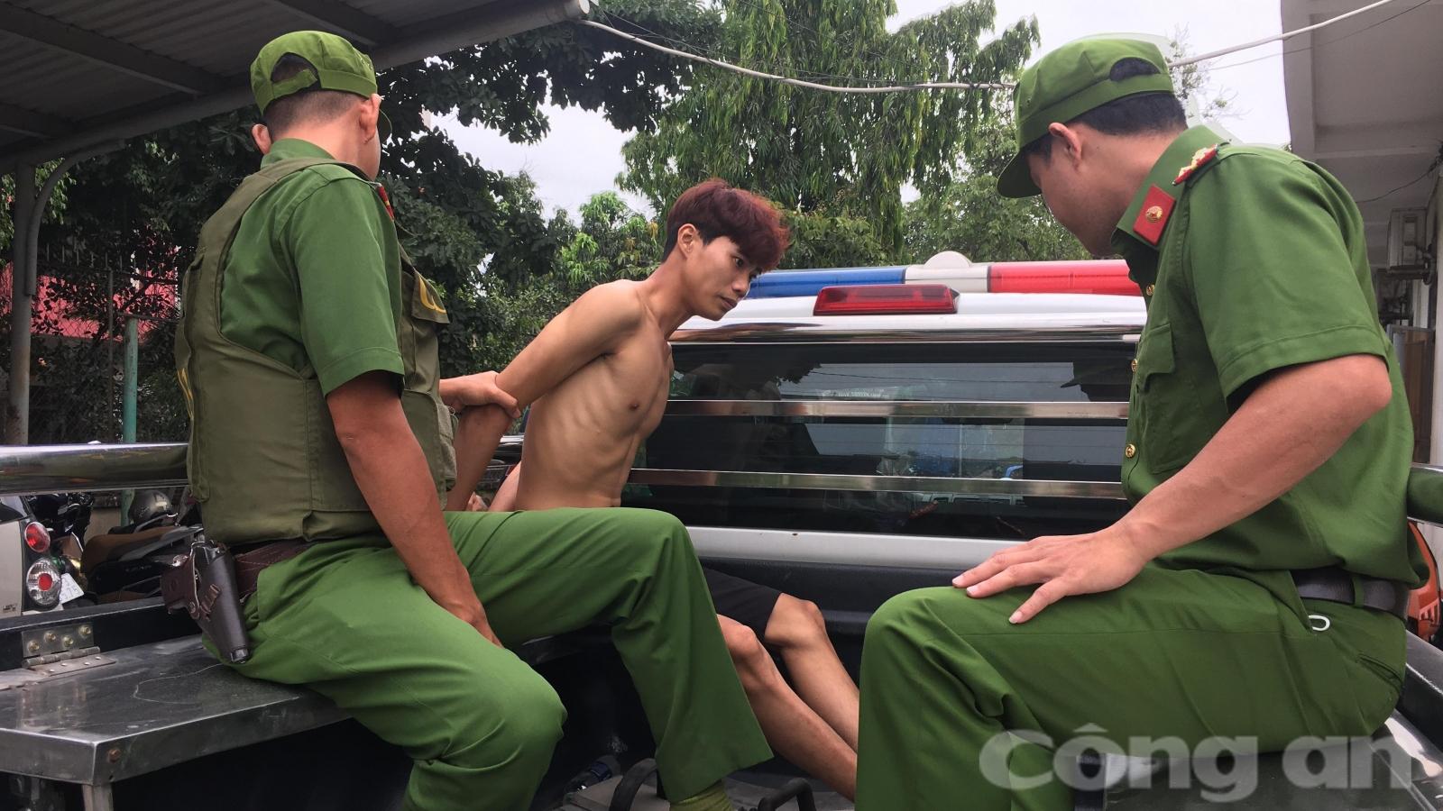 Cảnh sát 113 khống chế thanh niên nghi ngáo đá, quậy phá tại cửa hàng