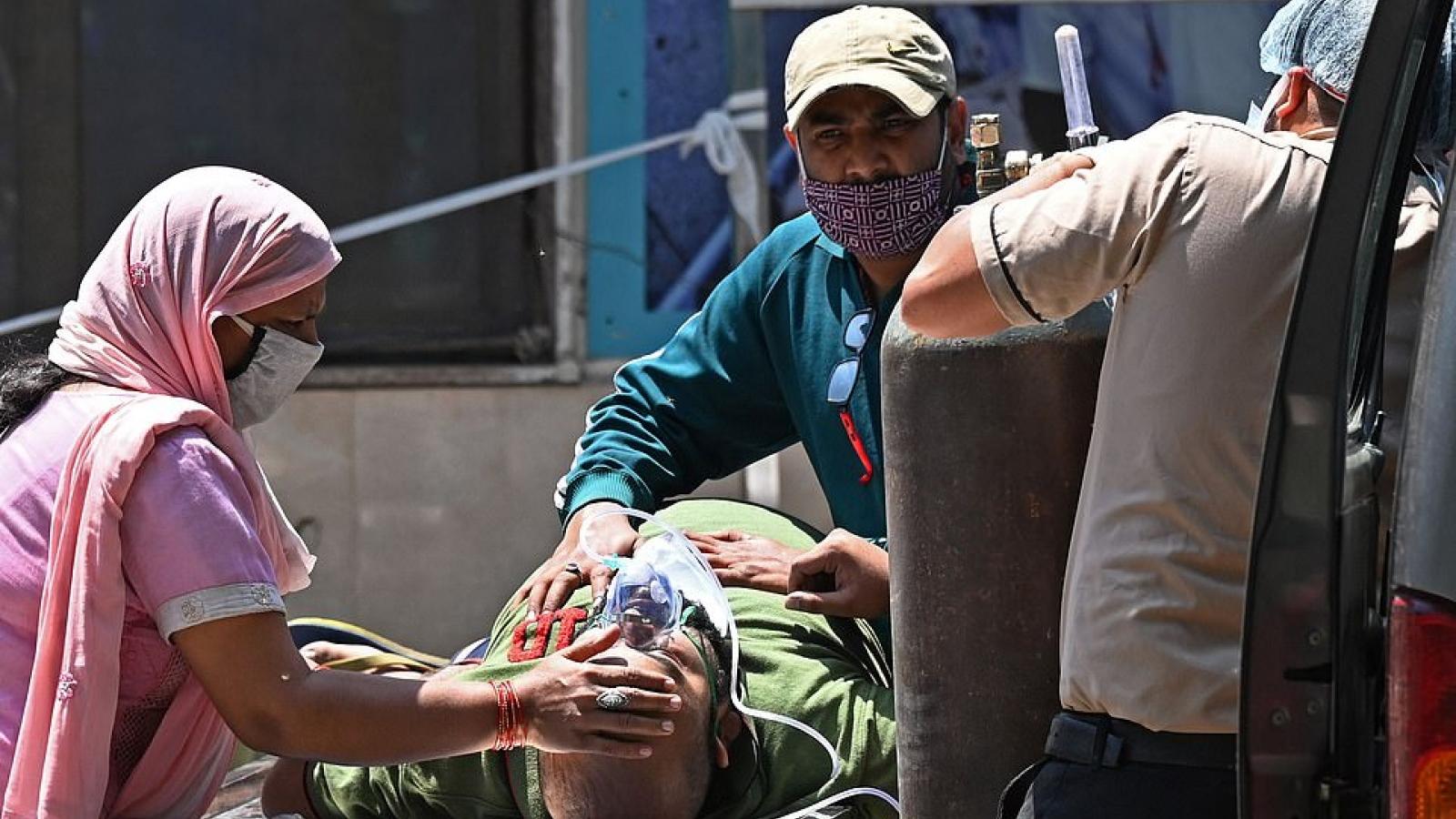 Tử thần cận kề, nhiều bệnh nhân Covid-19 Ấn Độ khắc khoải chờ bình oxy và máy thở