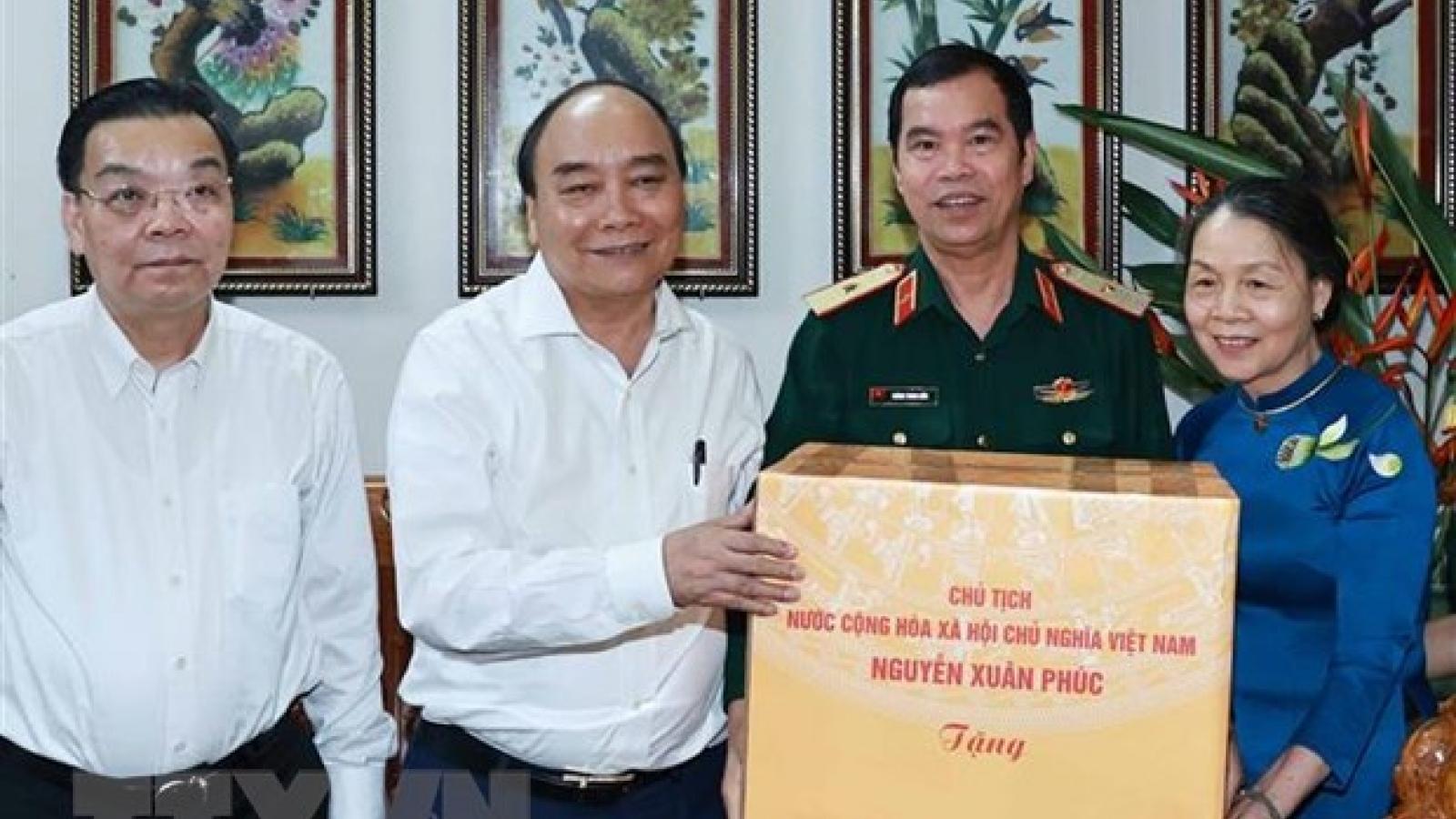 Chủ tịch nước Nguyễn Xuân Phúc thăm, tặng quà các hộ gia đình chính sách