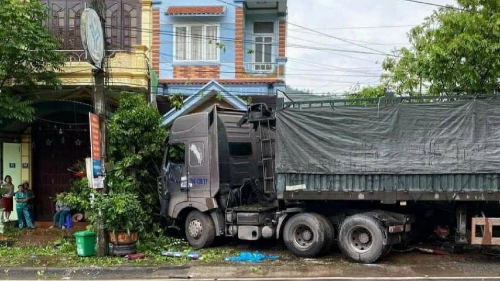 Xe container mất lái lao vào nhà dân, 1 người tử vong