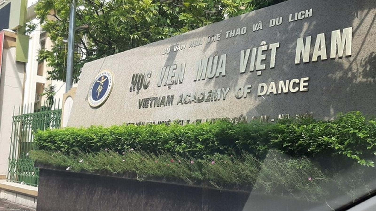 Học viện Múa Việt Nam gặp mặt báo chí và phụ huynh: Quả bóng trách nhiệm bị chuyển hướng