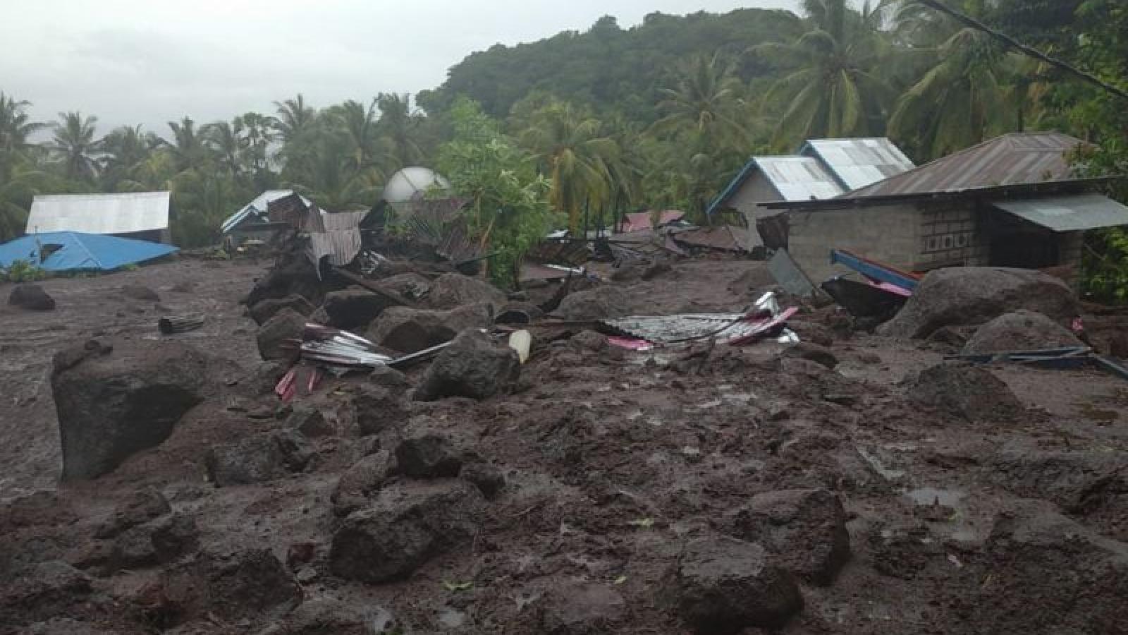 Thảm hoạ sạt lở đất ở Indonesia chôn vùi hàng trăm người