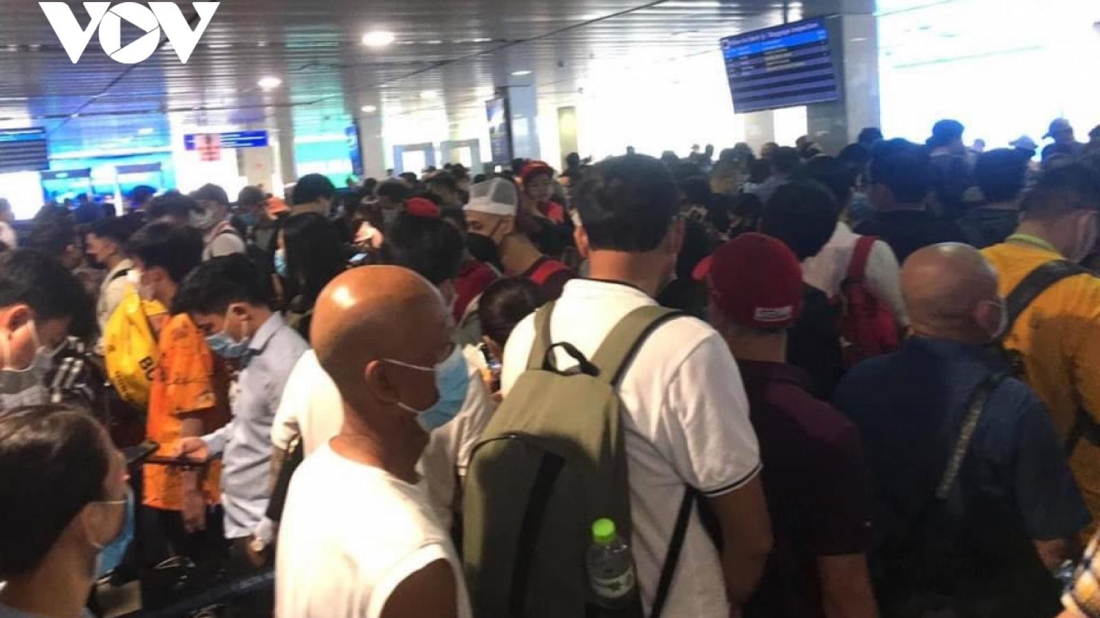 Ùn tắc tại khu vực soi chiếu an ninh sân bay Tân Sơn Nhất, ACV nói gì?