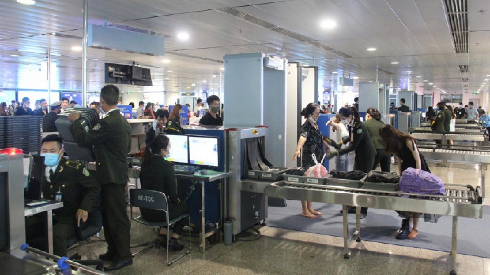 Nâng cấp độ an ninh, khách không có khẩu trang không được vào sân bay