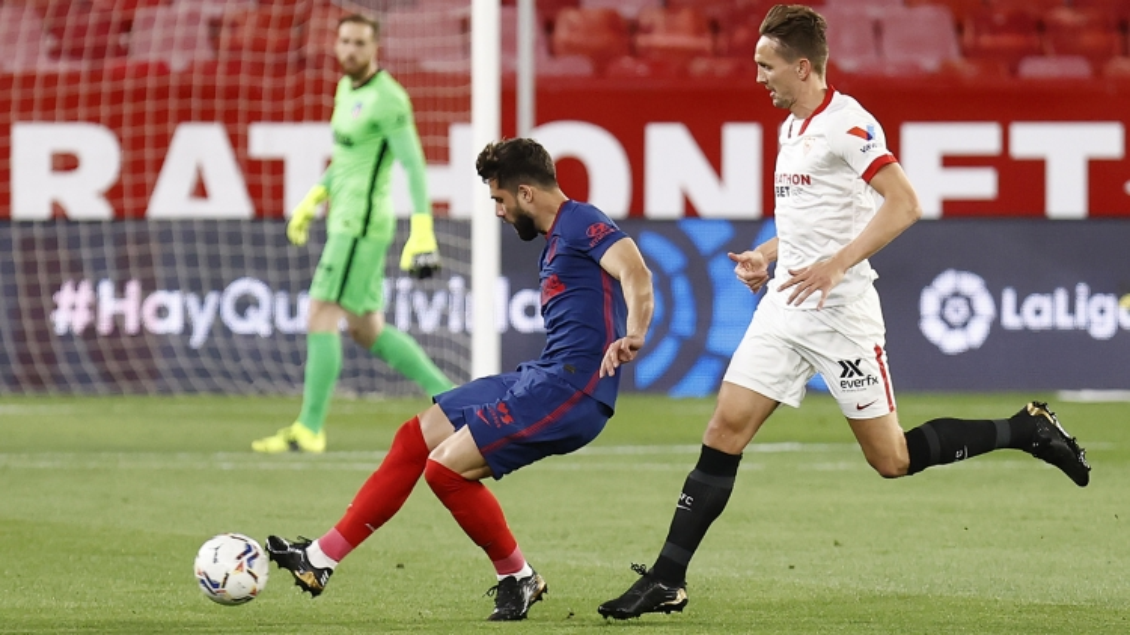 Atletico Madrid thua Sevilla, Barca có thời cơ áp sát ngôi đầu La Liga