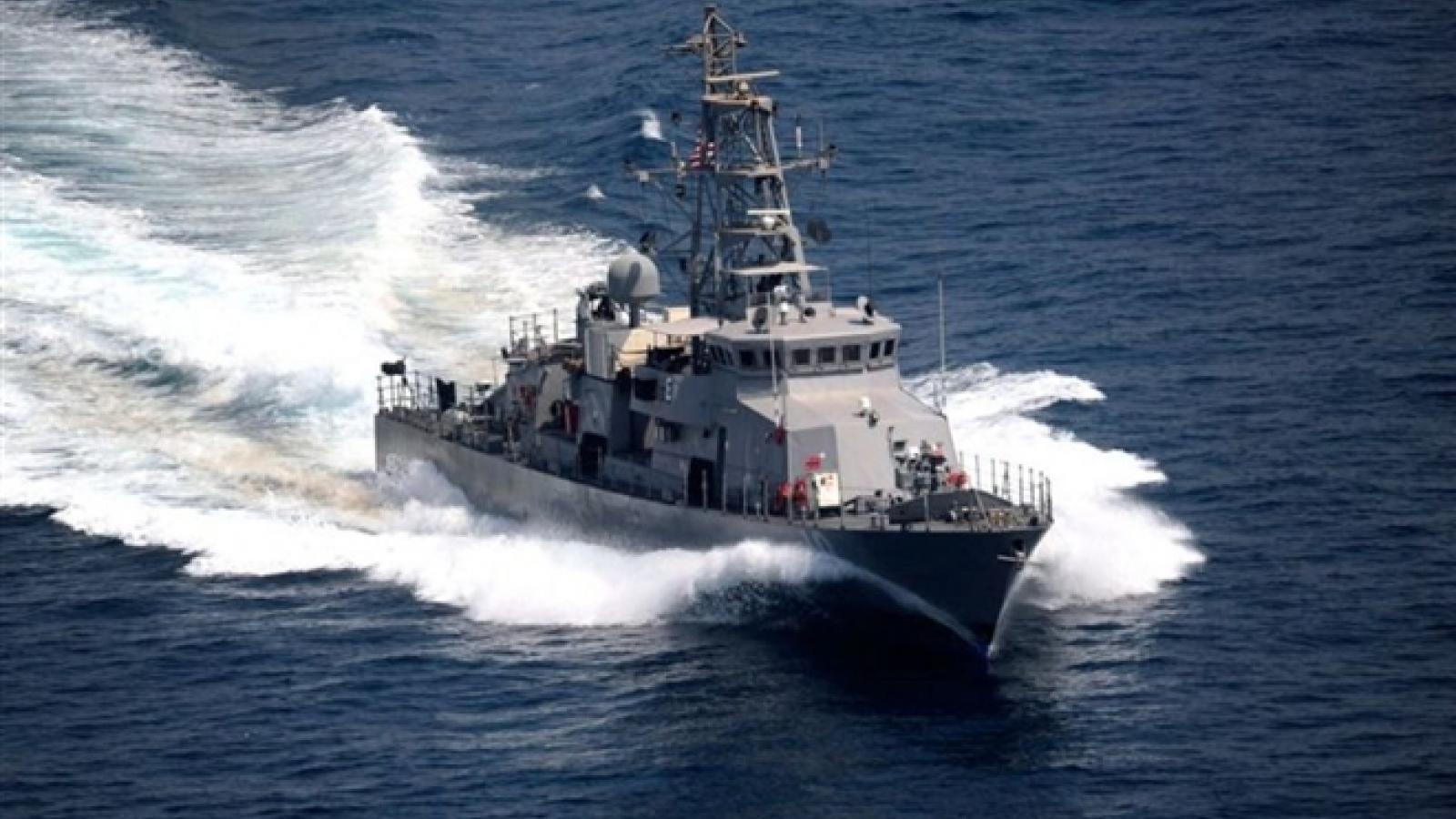 Tàu Mỹ nổ súng bắn cảnh cáo tàu Iran khi bị 3 tàu Iran áp sát