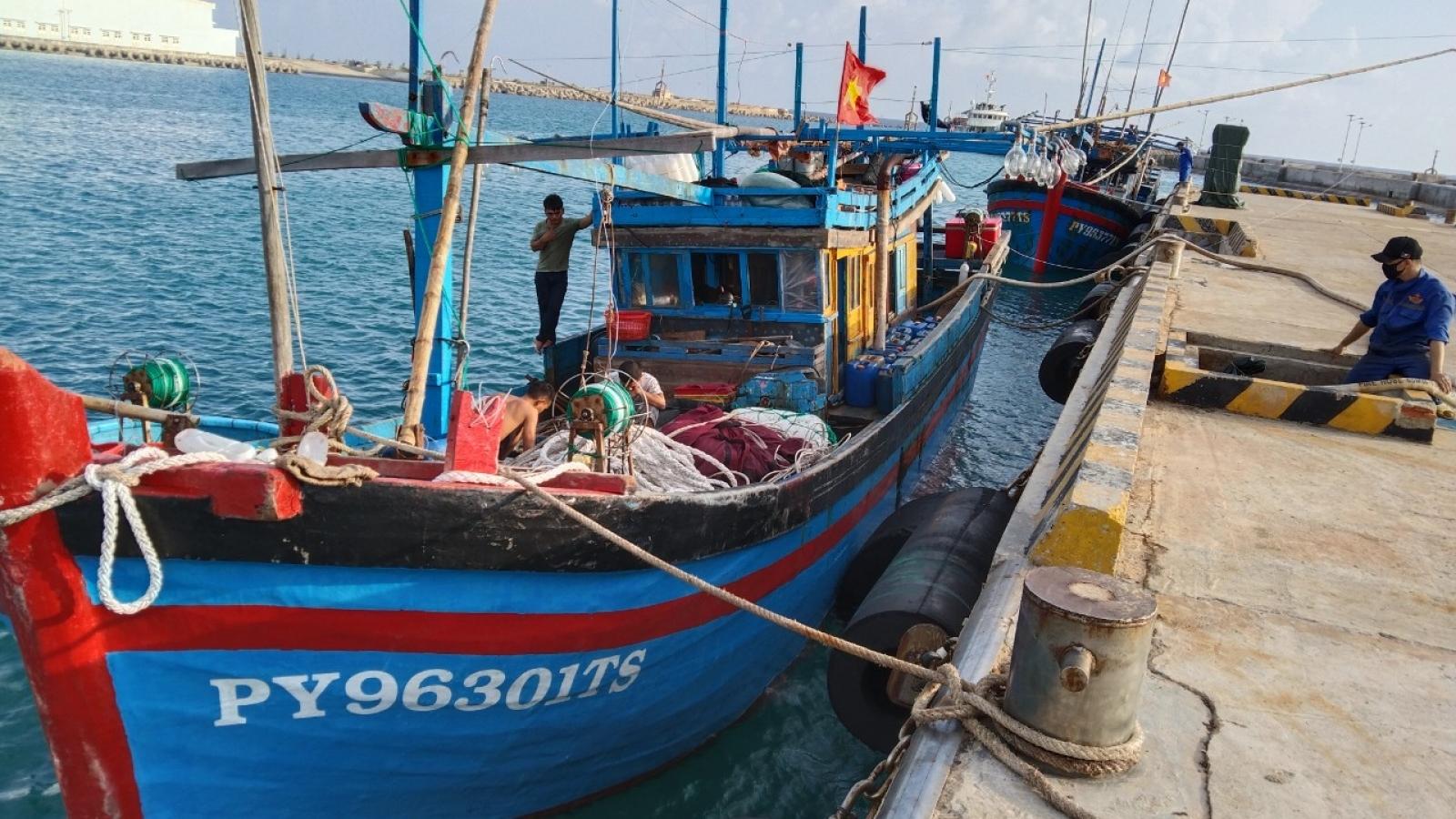 Bộ đội Trường Sa kịp thời khắc phục sự cố trên biển cho hai tàu cá Phú Yên