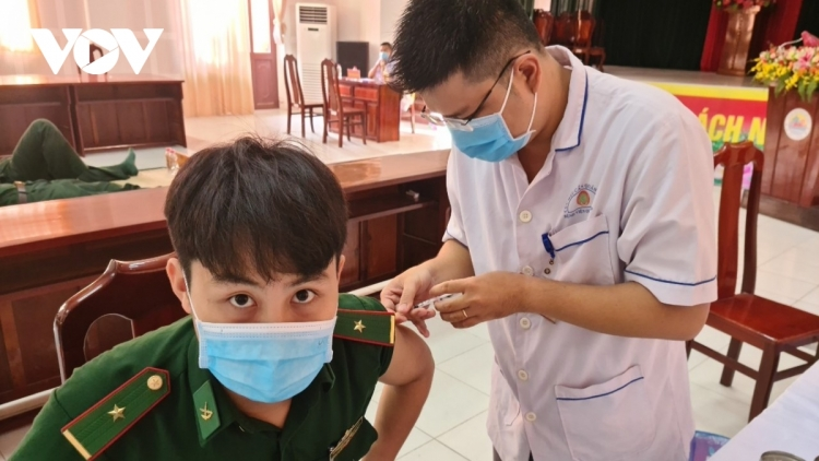 Nearly 1,600 officers and soldiers receive COVID-19 vaccine in Mekong Delta
