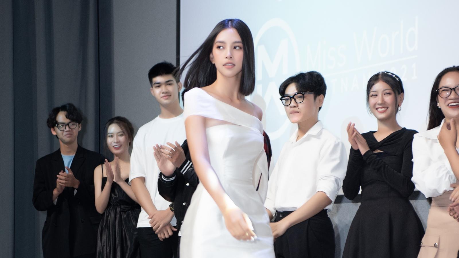 Tiểu Vy, Lương Thùy Linh trổ tài catwalk trong buổi giao lưu Miss World Vietnam 2021