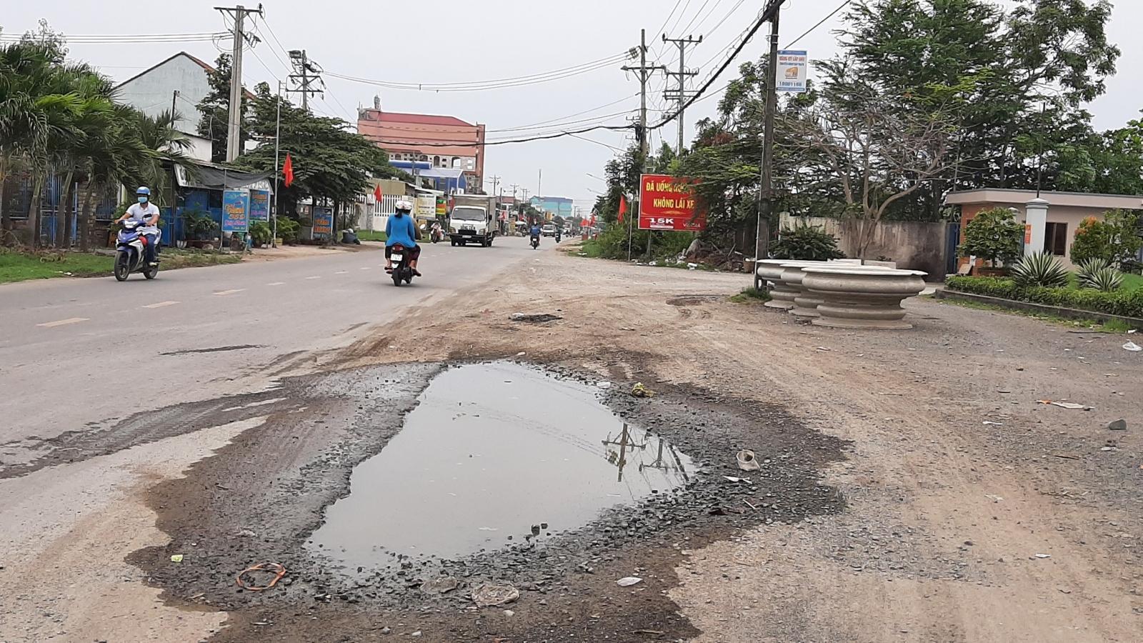 """Đầu mùa mưa xuất hiện nhiều hố """"tử thần"""" trên tỉnh lộ 864 tỉnh Tiền Giang"""