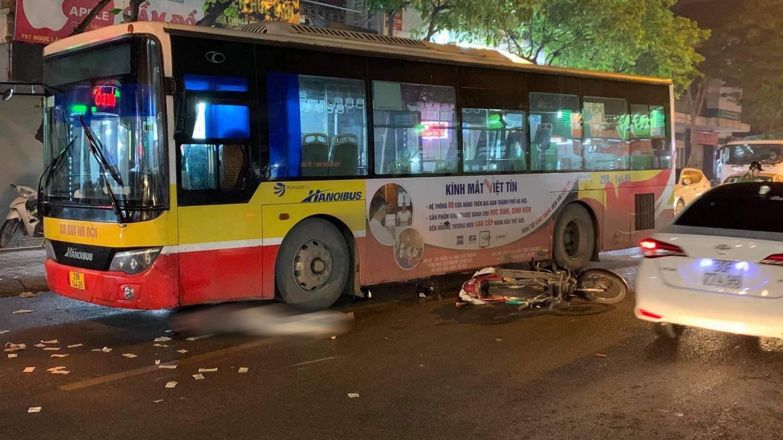 Va chạm với xe buýt, một người đi xe máy bị cuốn vào gầm, tử vong
