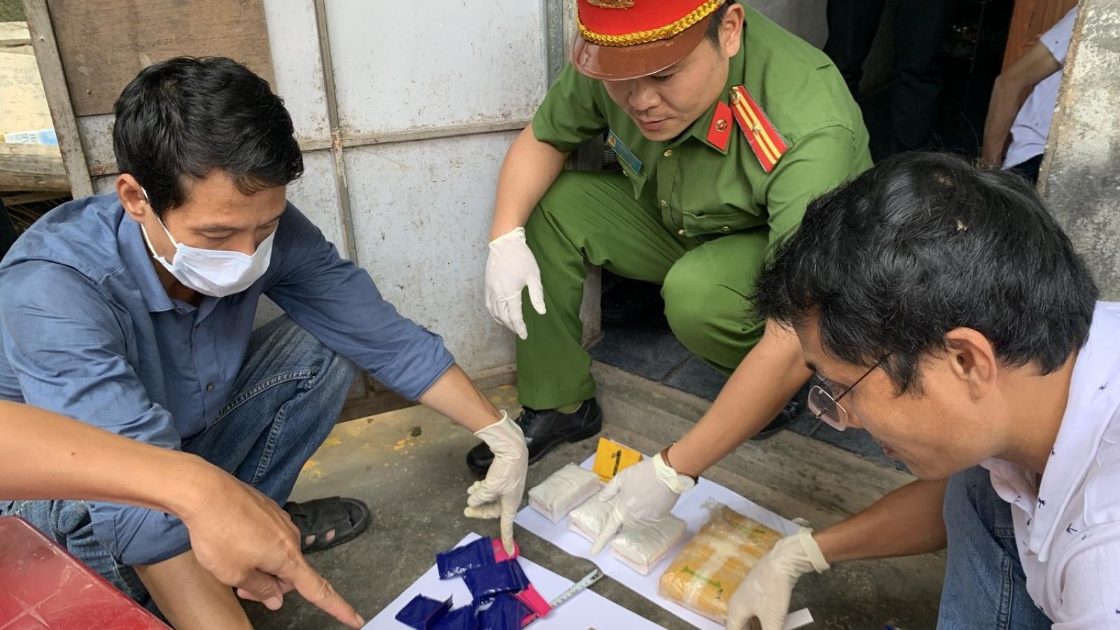 Bắt quả tang hai đối tượng tàng trữ hơn 1,3 kg ma túy ở Thừa Thiên Huế