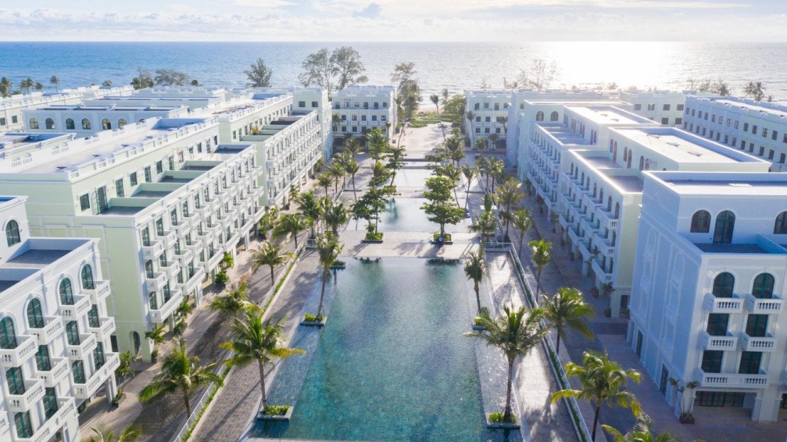 """Xôn xao bể bơi """"view triệu đô"""" mới toanh tại Phú Quốc"""