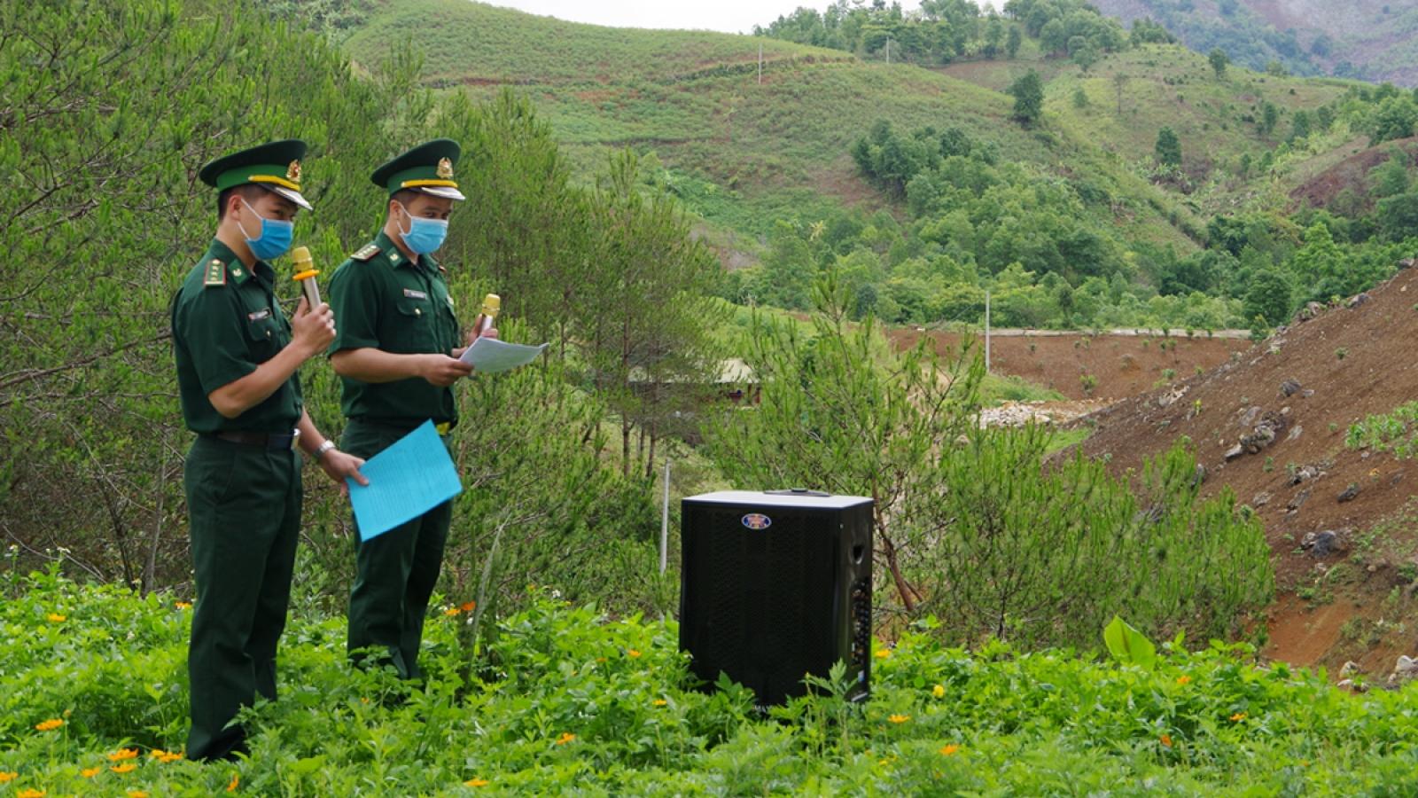 Bộ đội kéo loa lên nương tuyên truyền bầu cử cho bà con biên giới