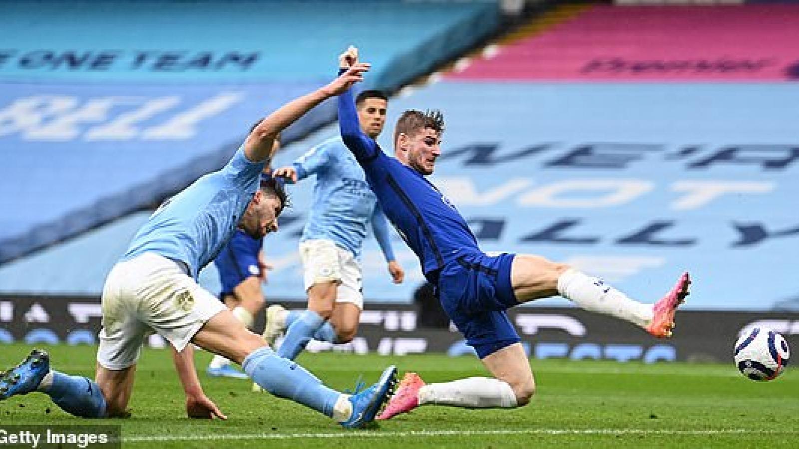 Aguero đá hỏng phạt đền, Man City thua ngược Chelsea và lỡ cơ hội đăng quang sớm