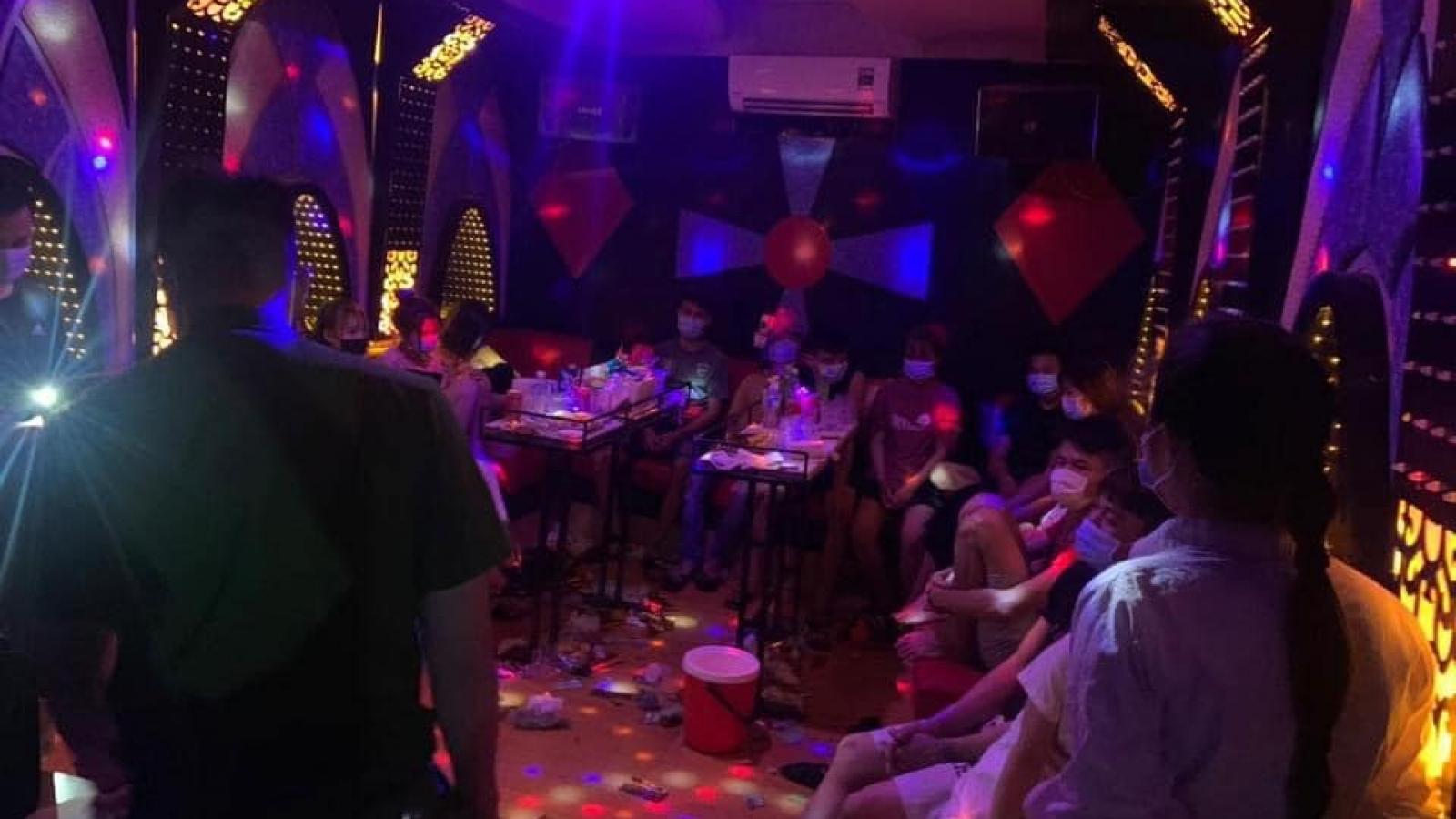 """13 thanh niên tụ tập """"bay lắc"""" trong quán karaoke ở Hà Nội"""