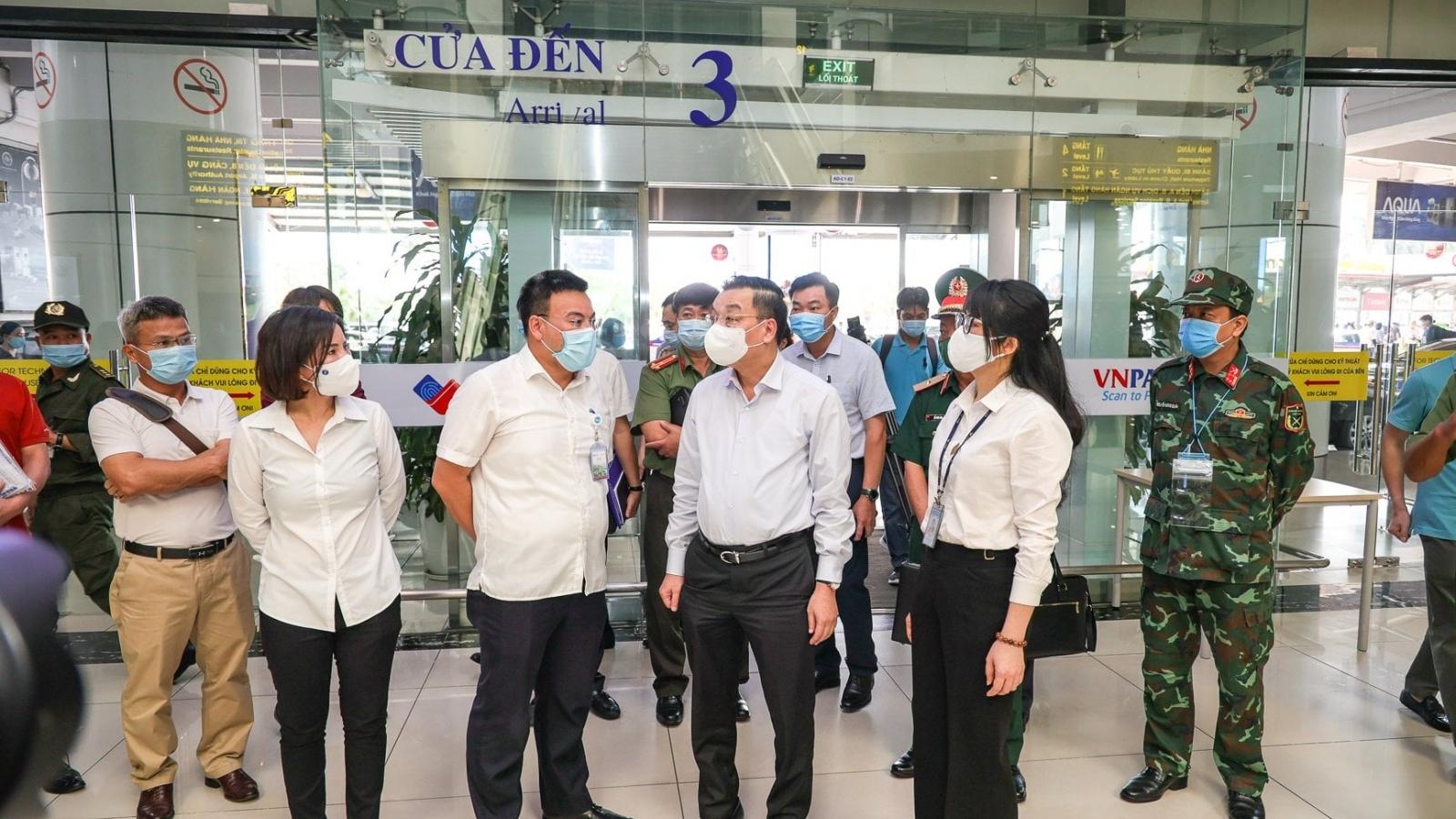 Chủ tịch UBND TP Hà Nội trực tiếp kiểm tra công tác phòng dịch tại sân bay, bến xe