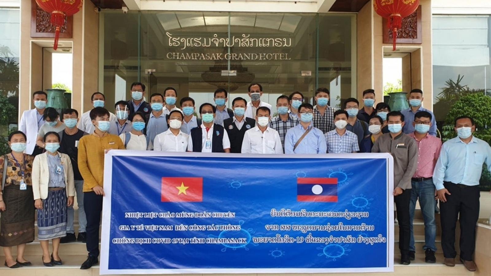 Đoàn bác sĩ, chuyên gia Việt Nam hỗ trợ Lào chống dịch COVID-19
