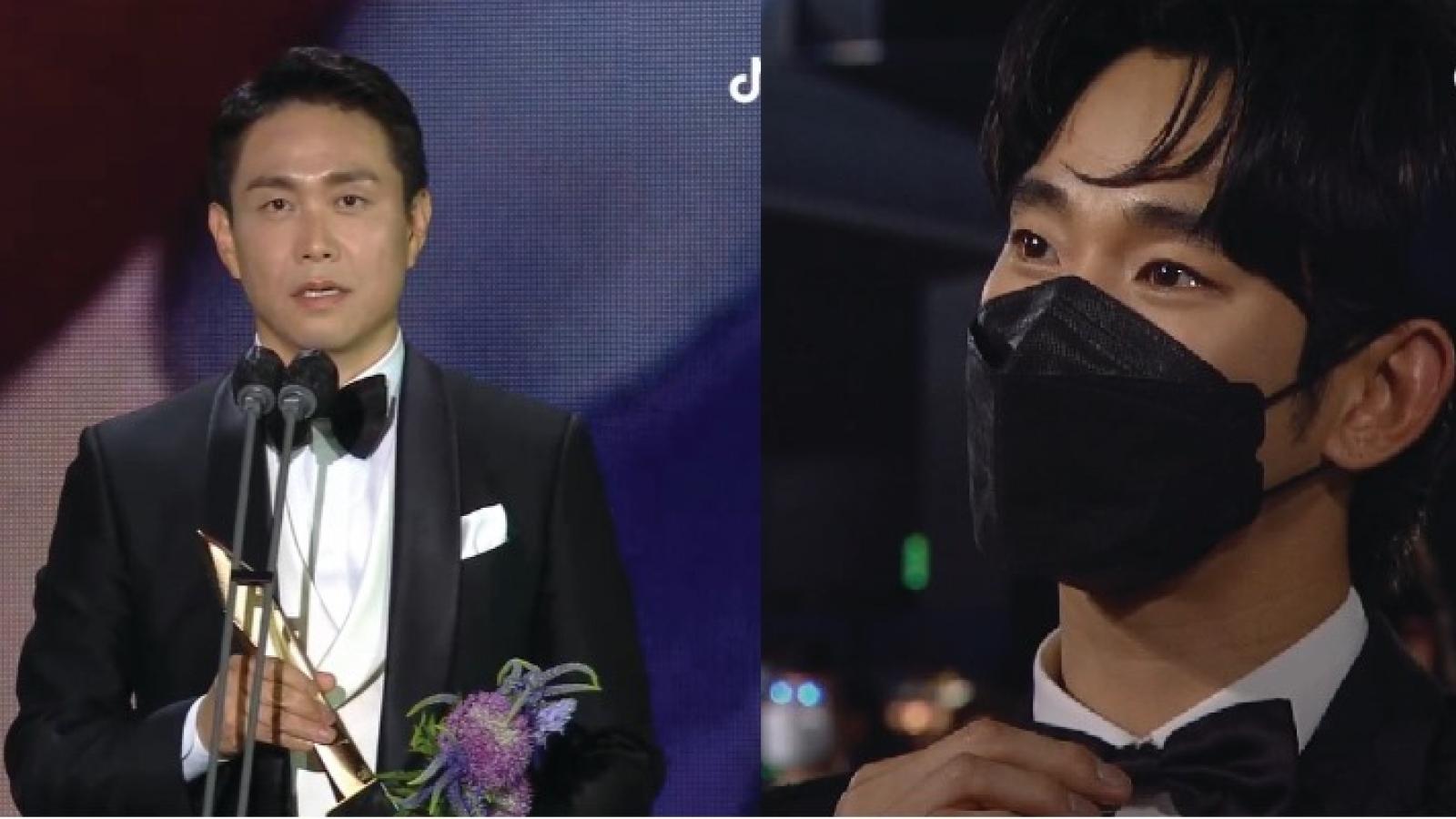 """Kim Soo Hyun rơm rớm nước mắt khi """"anh trai"""" Oh Jung Se nhận giải Baeksang"""