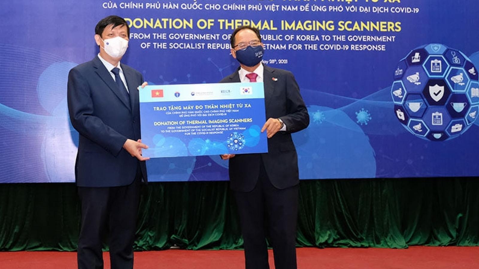 Việt Nam nhận 40 máy đo thân nhiệt từ xa do Hàn Quốc trao tặng