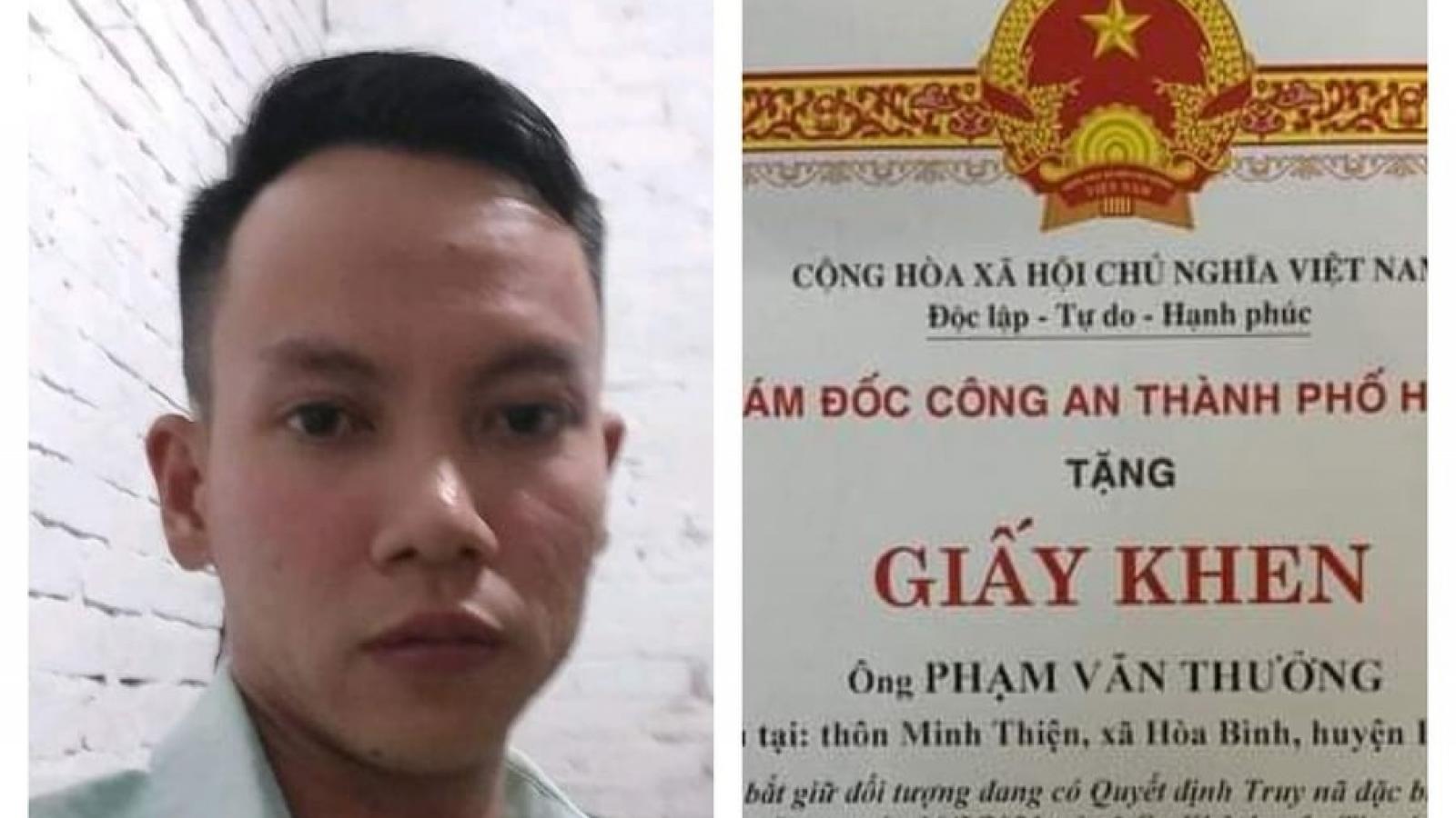 Giám đốc Công an Hà Nội khen thưởng nam thanh niên hỗ trợ tài xế taxi bắt cướp